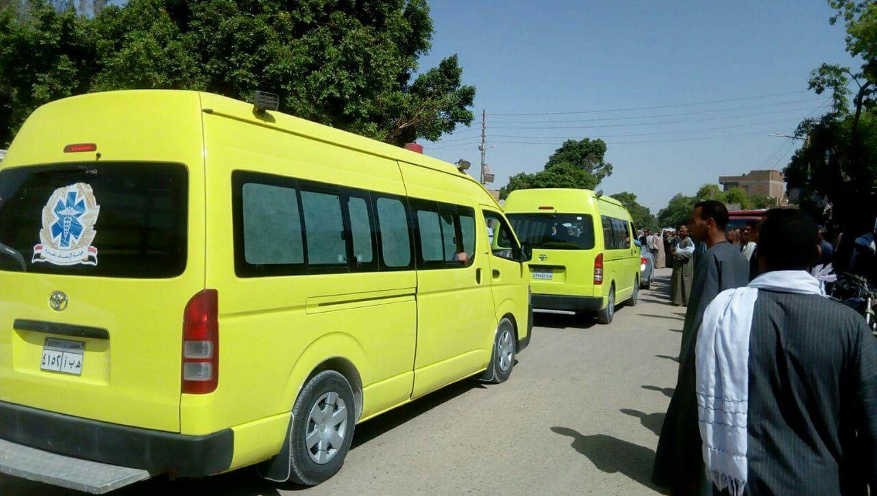 وصول سيارات الاسعاف لمدينة اسنا بداخلها جثامين الضحايا