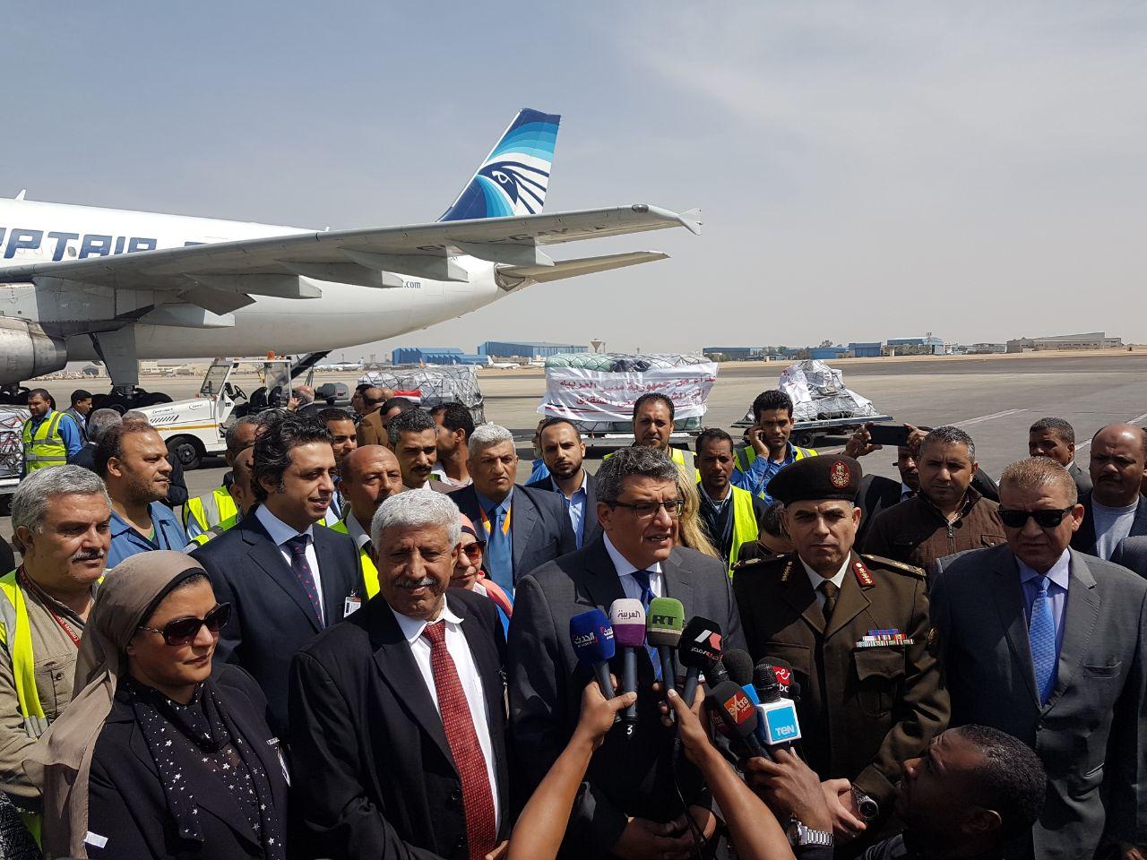 السفير محمد البدرى خلال الاستعداد لسفر أول شحنة من المساعدات