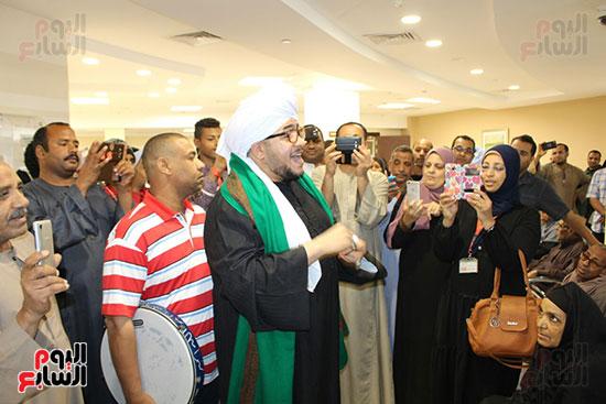 المنشد-محمود-الحديوي-يدعم-مرضي-السرطان-ويشاركهم-في-إبتهالات-دينية--(2)