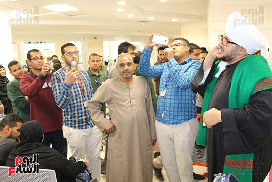 المنشد-محمود-الحديوي-يدعم-مرضي-السرطان-ويشاركهم-في-إبتهالات-دينية--(1)