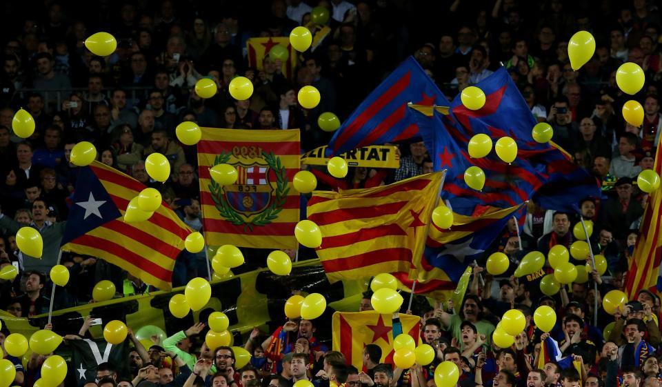 جماهير برشلونة تلقى البالونات على ارض الملعب