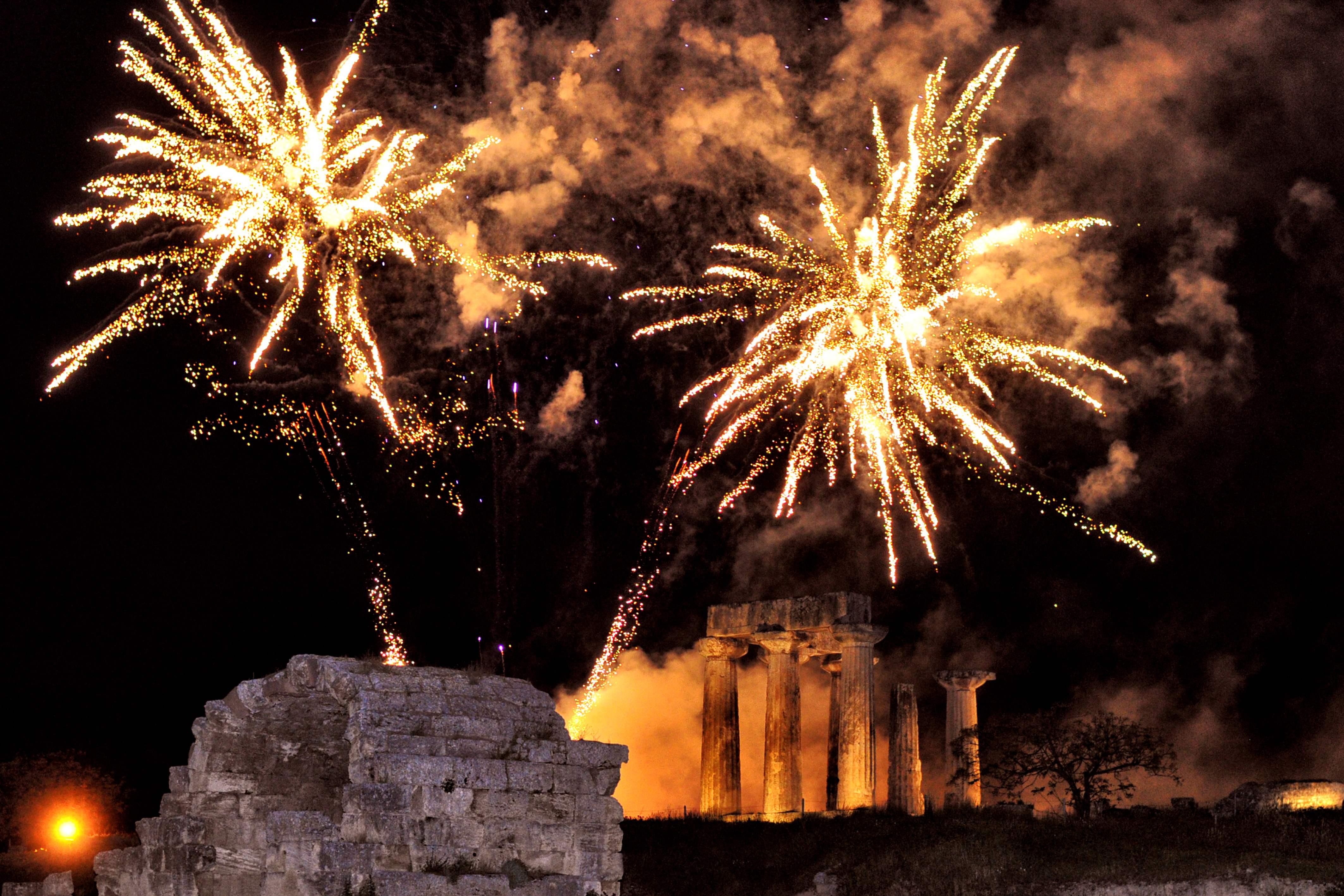 إطلاق الالعاب النارية خلال احتفالات عيد الفصح فى اليونان