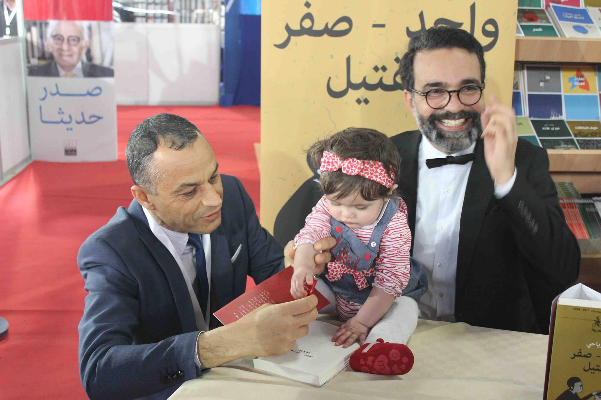 كمال الرياحى يوقع كتابه واحد صفر للقتيل الفائز بجائزة ابن بطوطة فى معرض تونس (32)