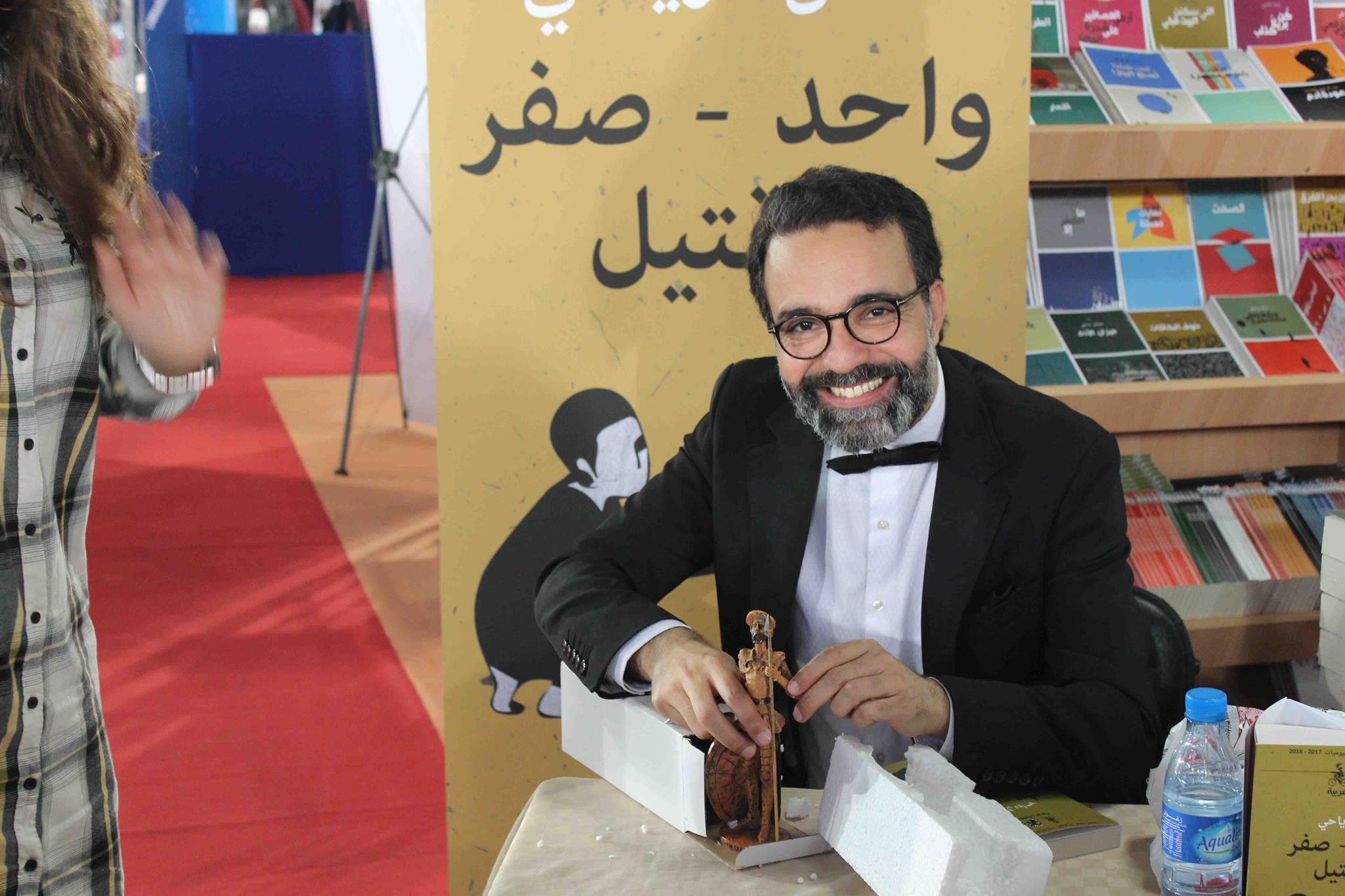 كمال الرياحى يوقع كتابه واحد صفر للقتيل الفائز بجائزة ابن بطوطة فى معرض تونس (14)