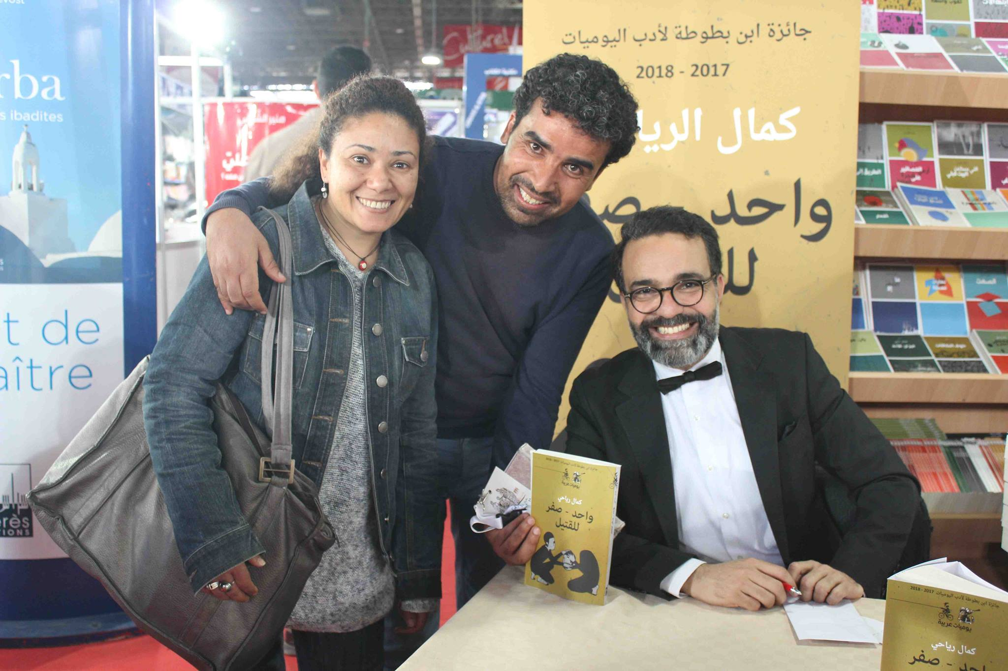 كمال الرياحى يوقع كتابه واحد صفر للقتيل الفائز بجائزة ابن بطوطة فى معرض تونس (23)
