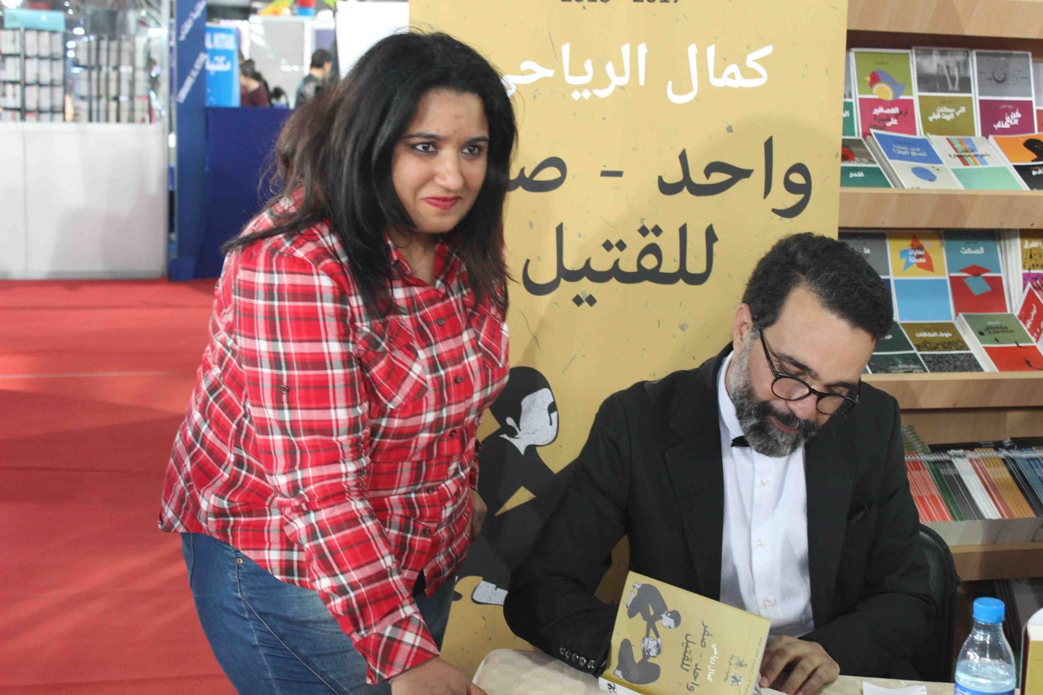 كمال الرياحى يوقع كتابه واحد صفر للقتيل الفائز بجائزة ابن بطوطة فى معرض تونس (4)