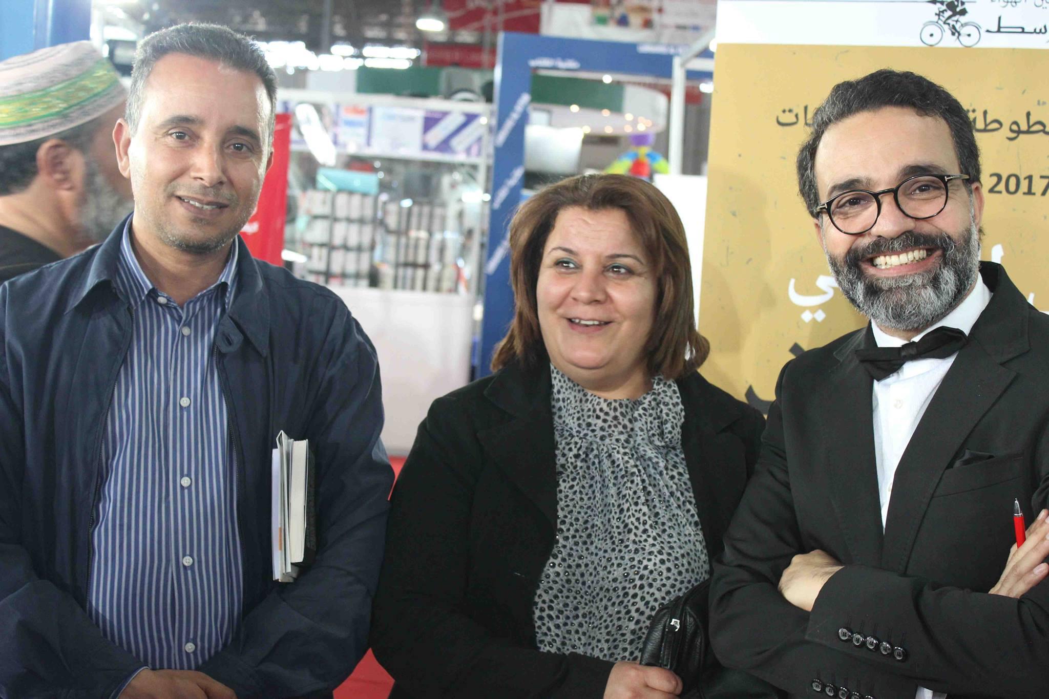 كمال الرياحى يوقع كتابه واحد صفر للقتيل الفائز بجائزة ابن بطوطة فى معرض تونس (13)