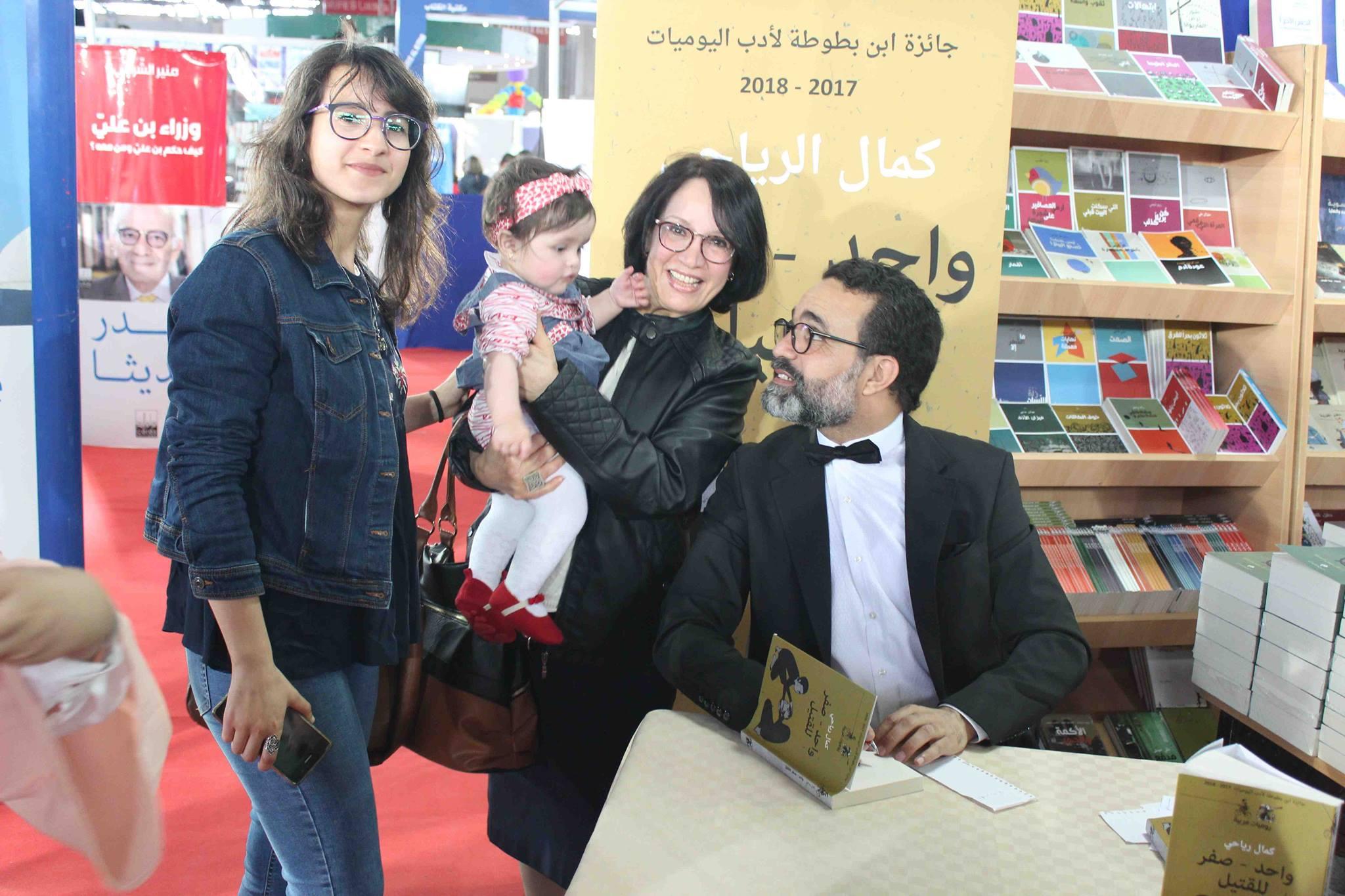 كمال الرياحى يوقع كتابه واحد صفر للقتيل الفائز بجائزة ابن بطوطة فى معرض تونس (15)