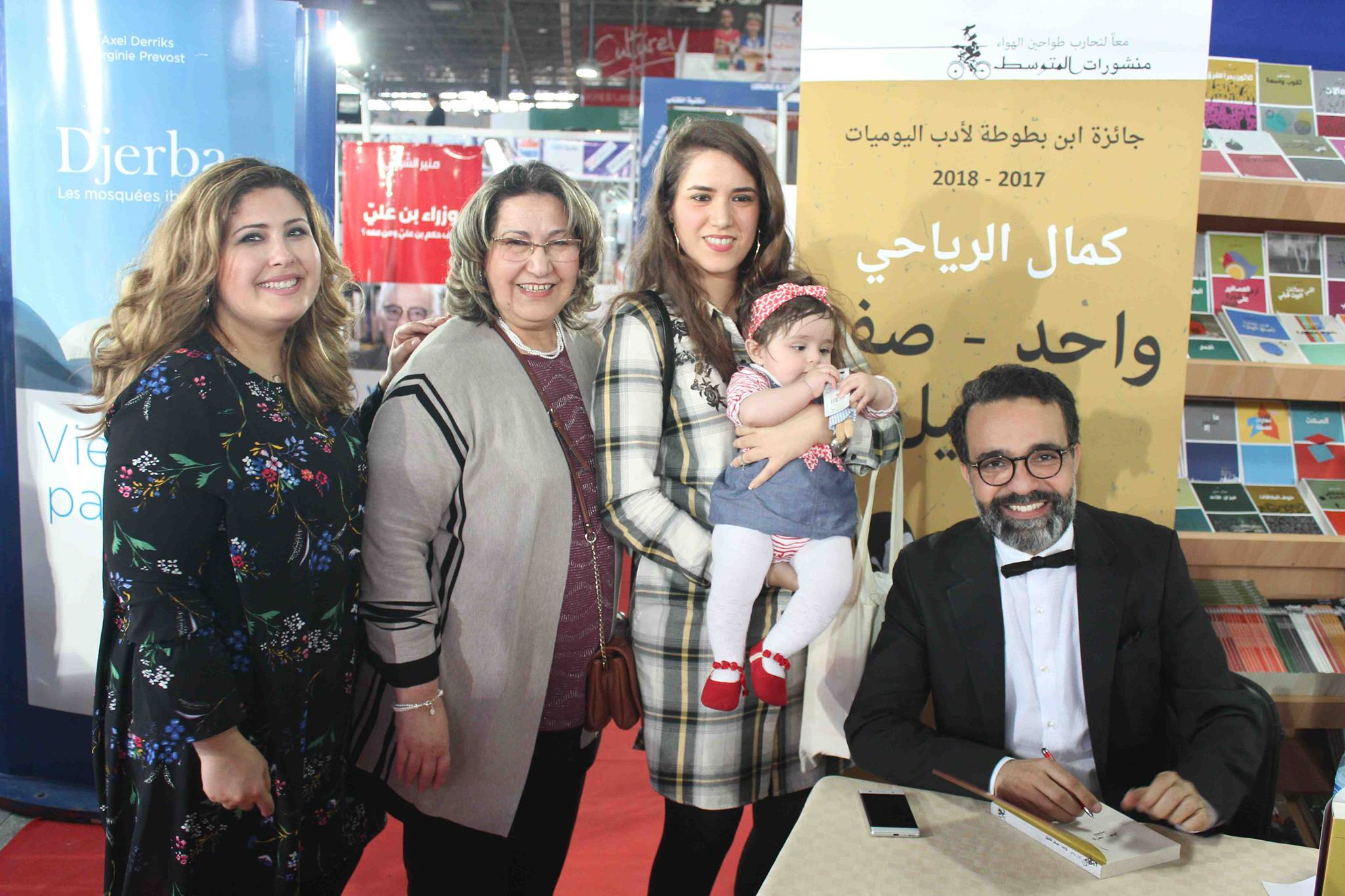 كمال الرياحى يوقع كتابه واحد صفر للقتيل الفائز بجائزة ابن بطوطة فى معرض تونس (8)
