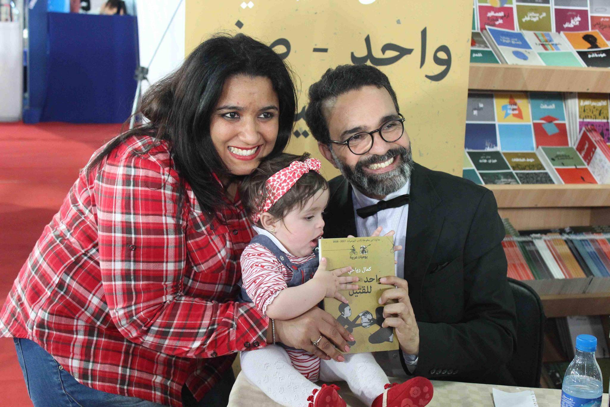 كمال الرياحى يوقع كتابه واحد صفر للقتيل الفائز بجائزة ابن بطوطة فى معرض تونس (31)