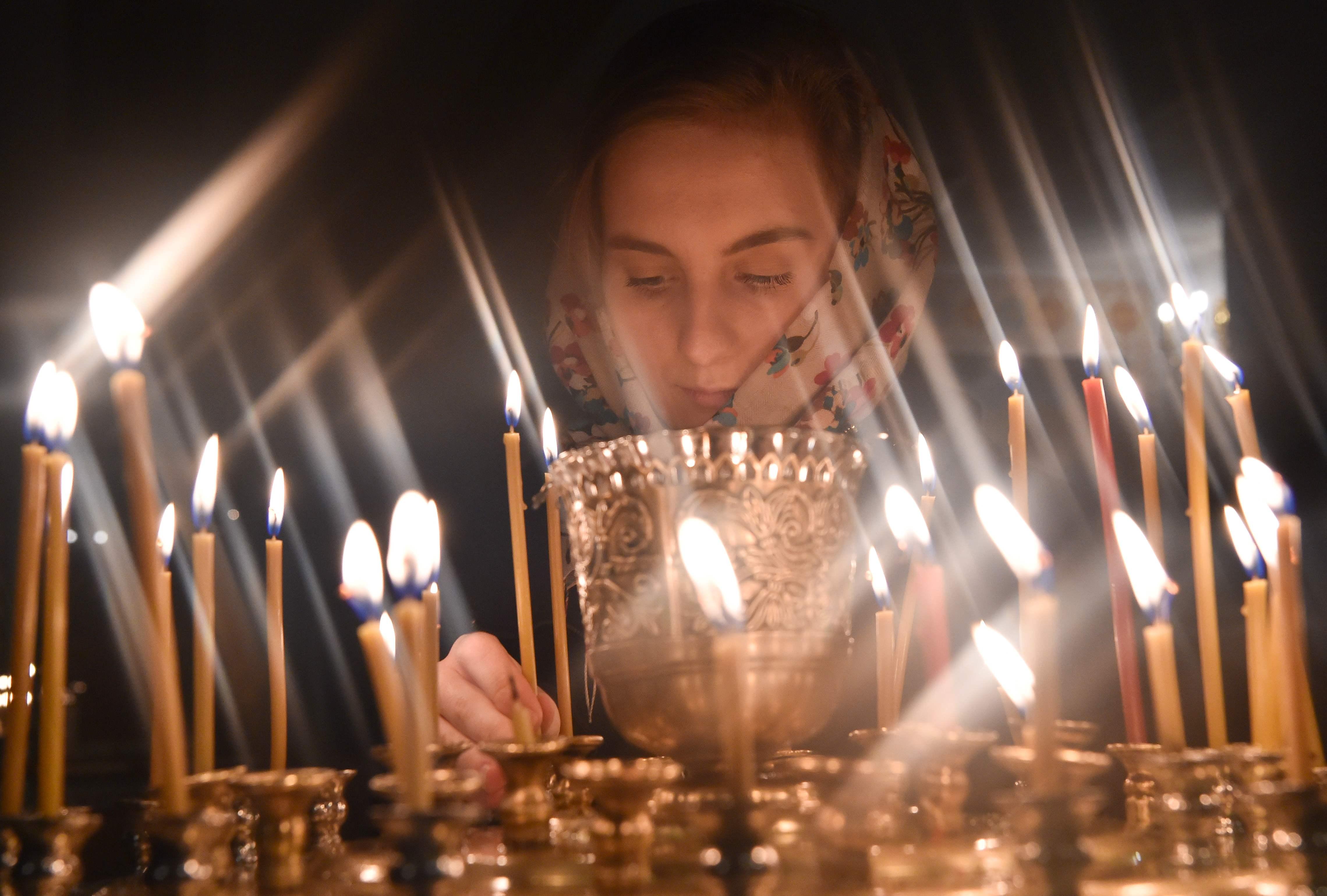 اشعال الشموع خلال احتفالات عيد الفصح فى روسيا