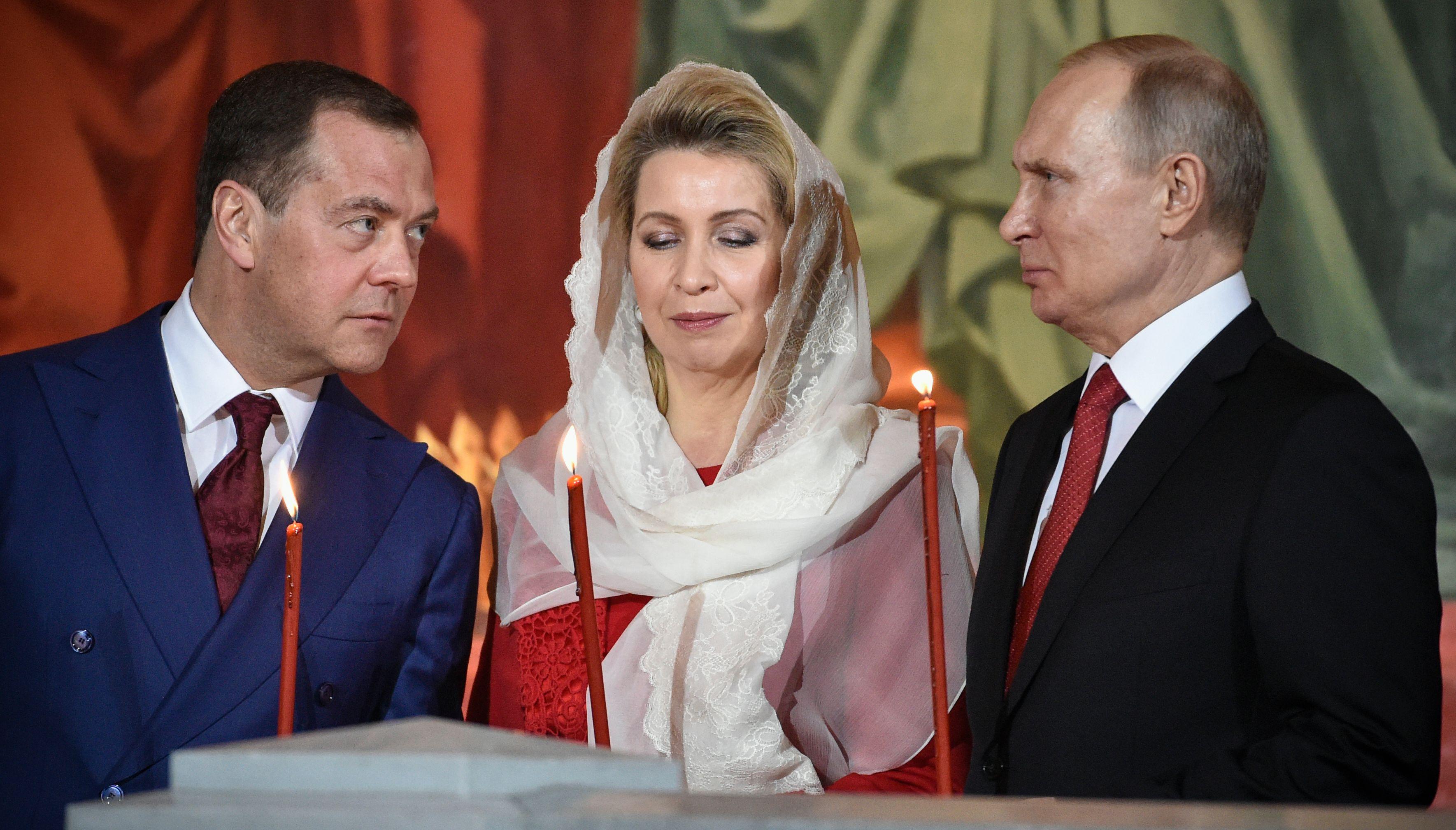 بوتين وقرينته ورئيس وزراءه