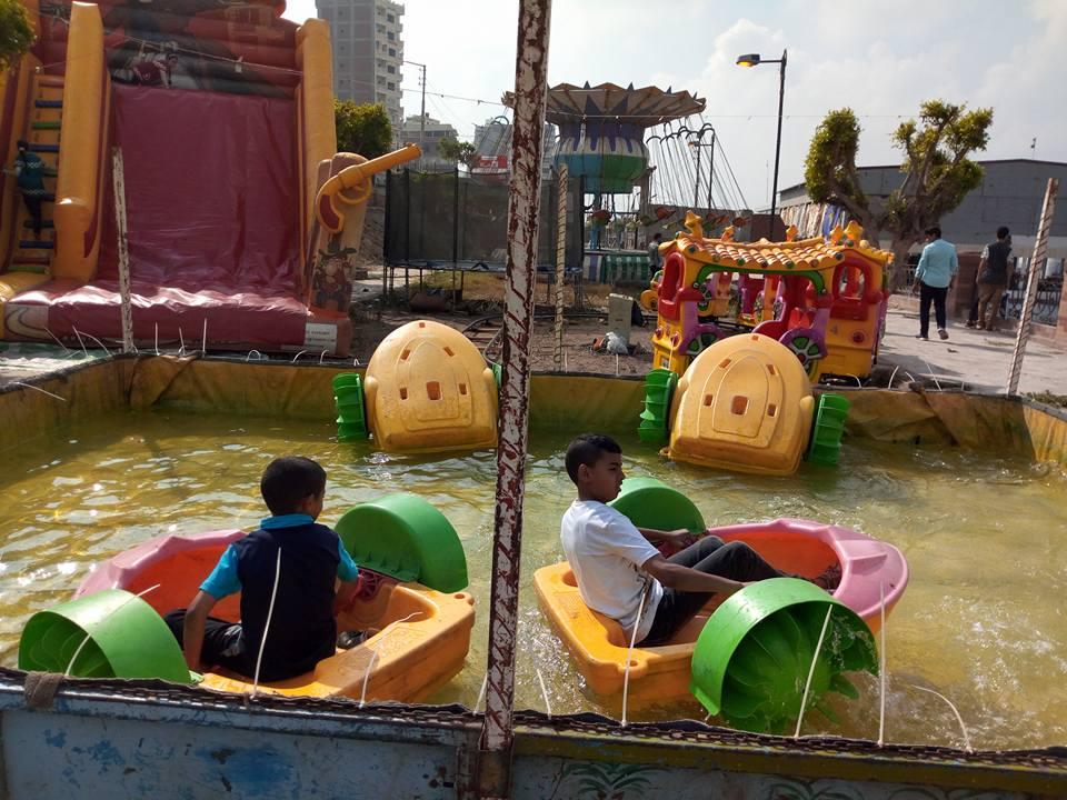 الأطفال فى منطقة الألعاب
