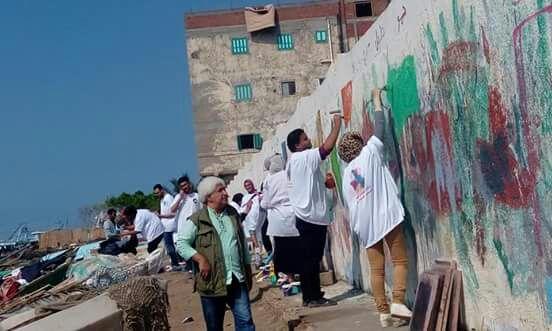 طالب يرسم على احد الأسوار