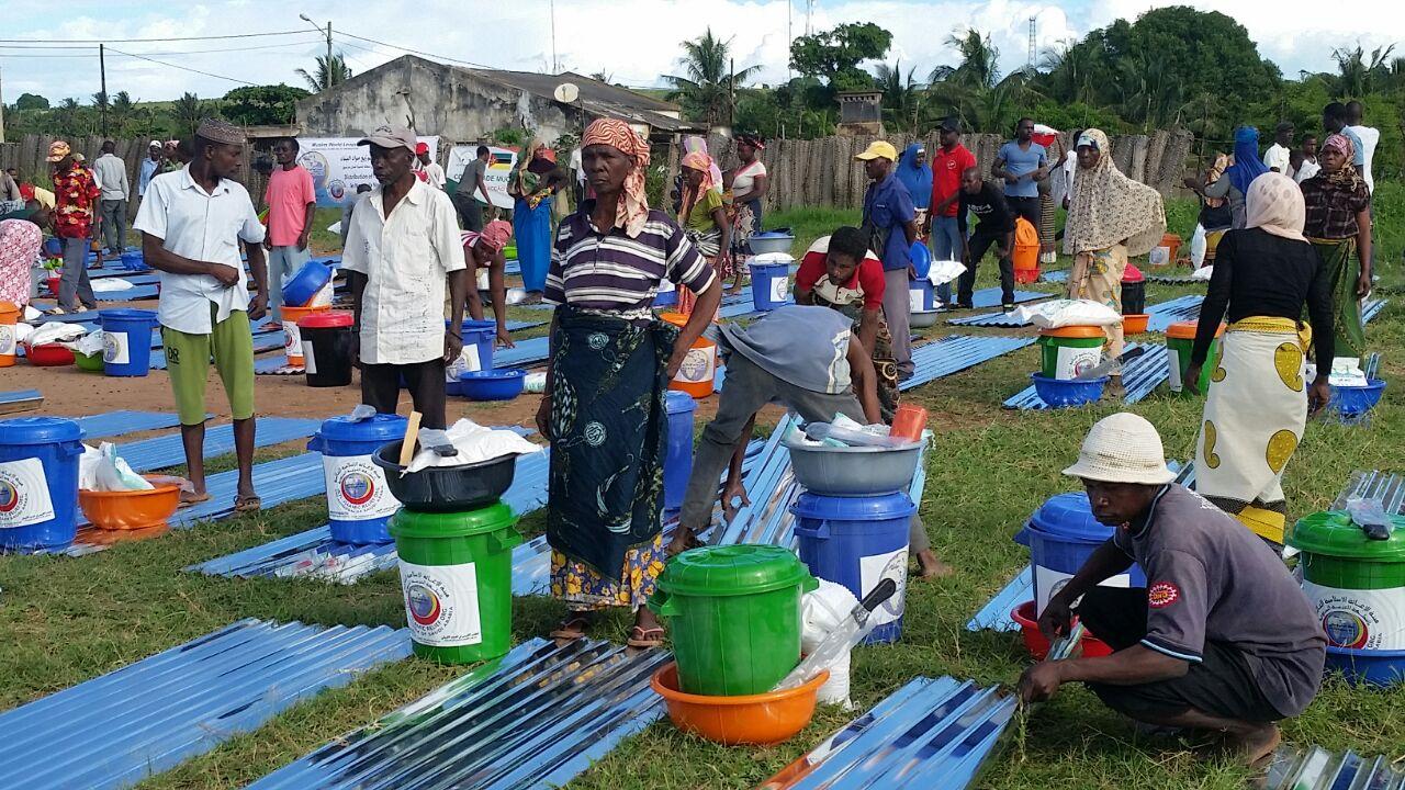 2500 سلة غذائية وإغاثية لضحايا الفيضانات بموزمبيق (4)