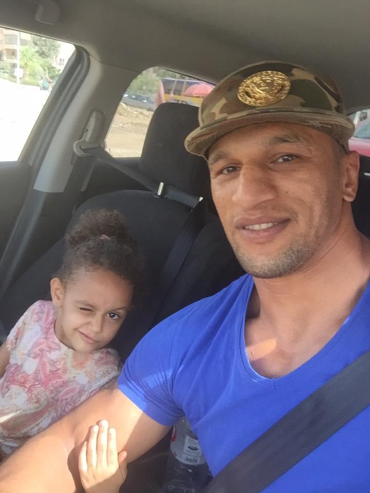 سلفى كرم جابر وابنته ليلى فى السيارة بمناسبة عيد ميلادها