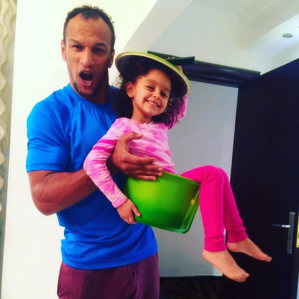 بطل المصارعة يداعب ابنته بأدوات المطبخ