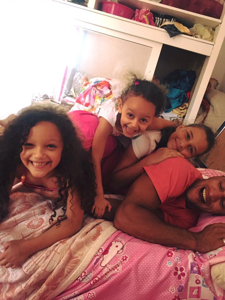 ضحك ولعب بين كرم جابر والبنات الثلاثة