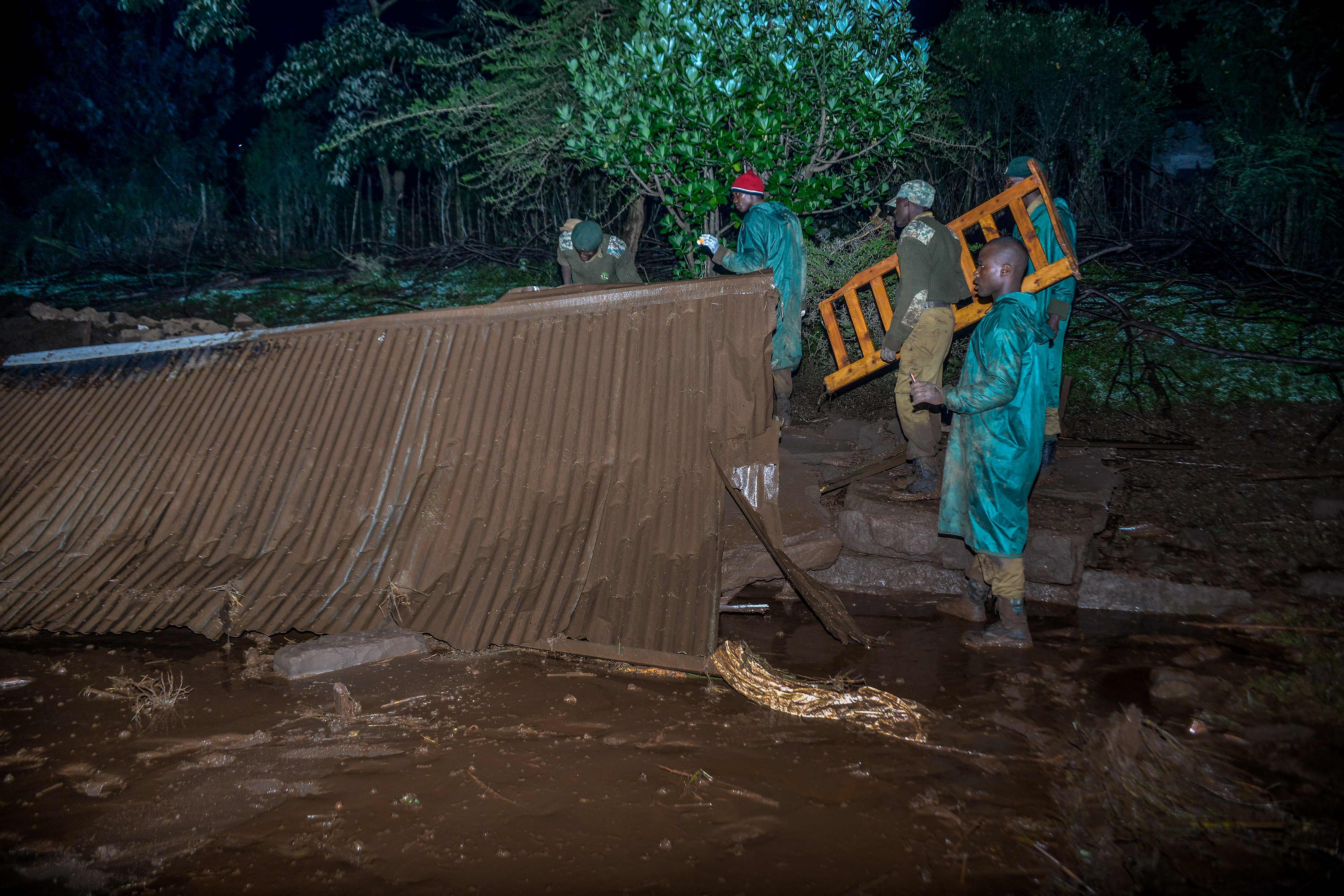 رفع أثار الفيضان فى كينيا