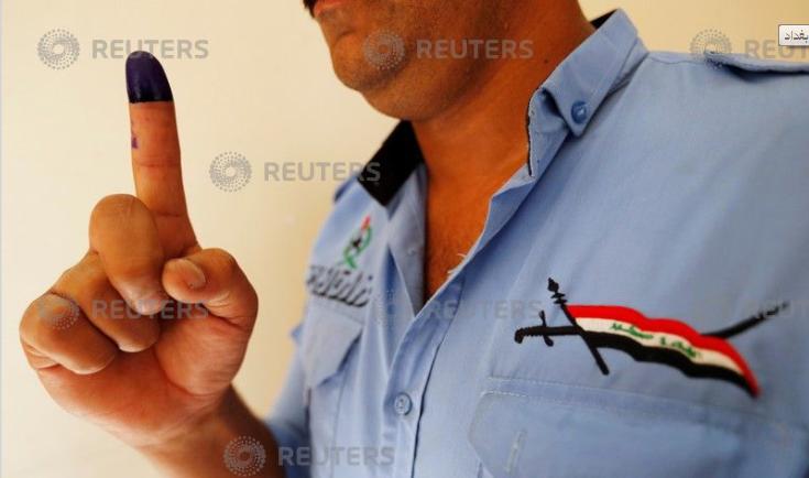 الحبر فى صباع أحد أفراد الجيش العراقى