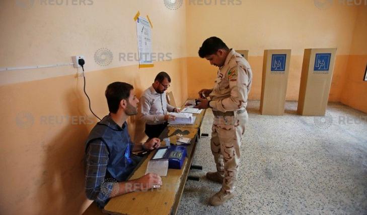 أحد عناصر الجيش العراقى يدلى بصوته