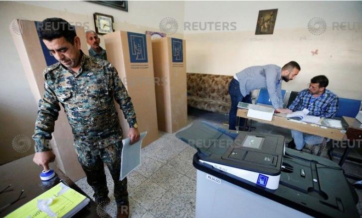 تصويت أحد أفراد الجيش العراقى