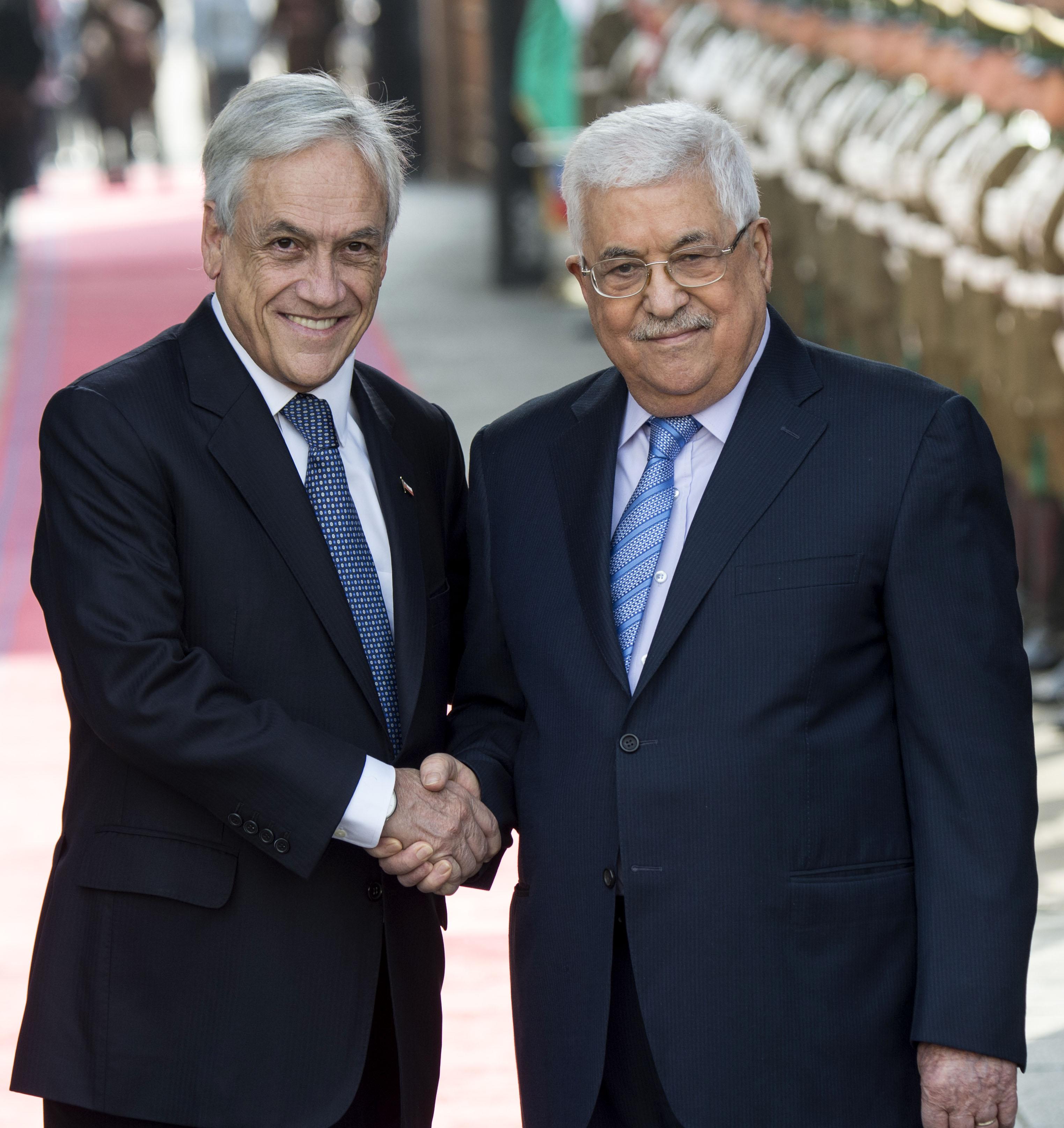 الرئيس الفلسطينى يصافح نظيره التشيلى
