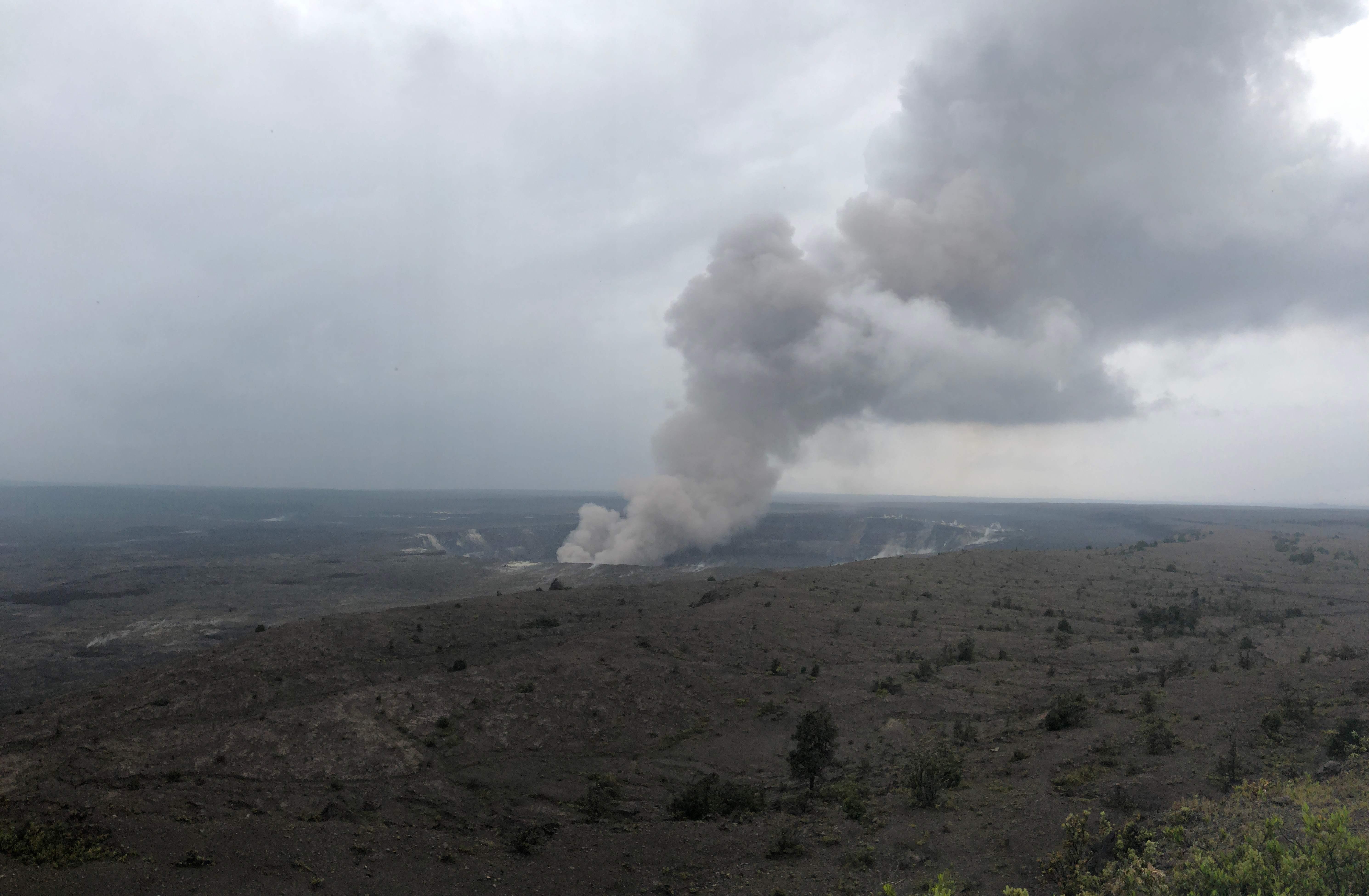 تصاعد أعمدة دخان من فوهة البركان