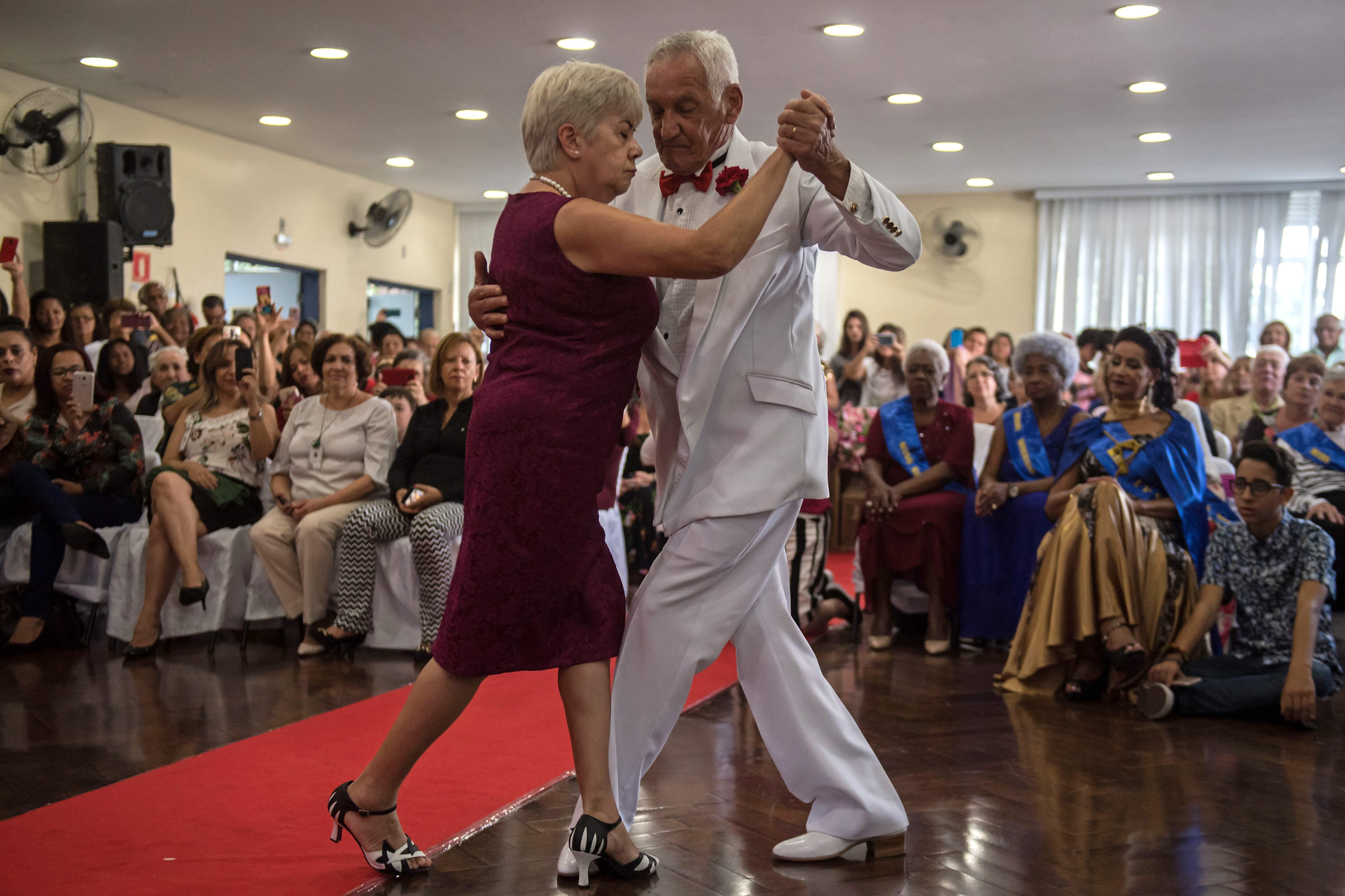 رجل وزوجته يرقصان خلال الحفل