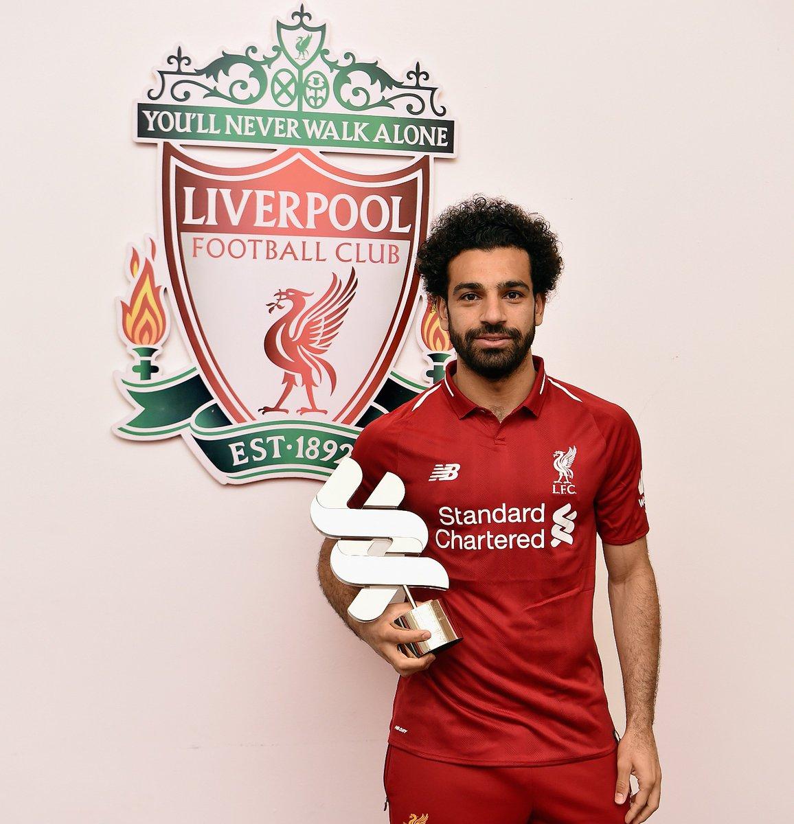 محمد صلاح يحمل جائزة لاعب الشهر فى ليفربول