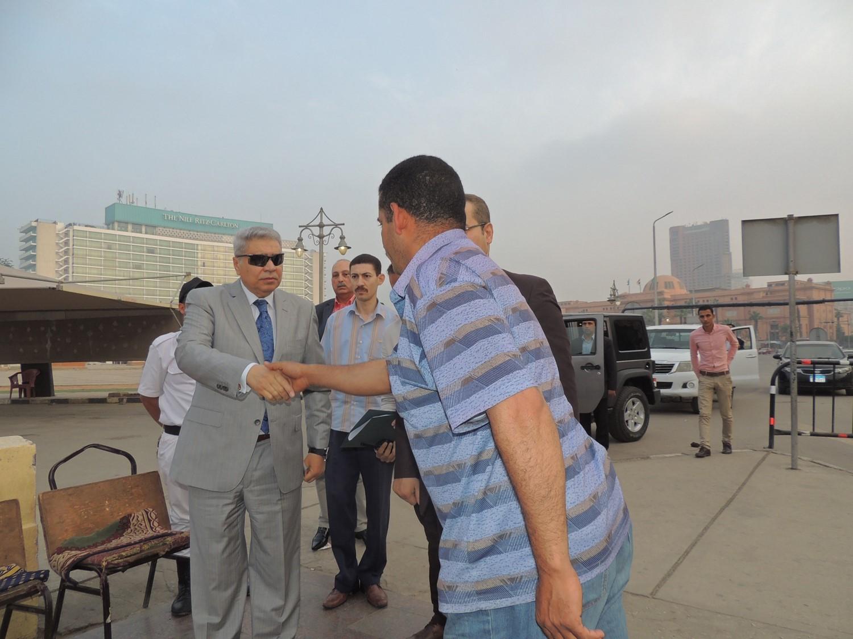 مساعد وزير الداخلية يصافح المواطنين