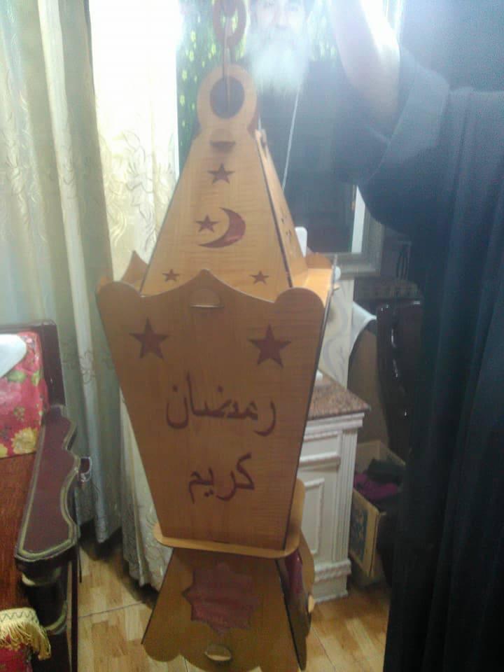 راعي كنيسة العذراء مريم يركب فانوس رمضان في شرفة منزله جنوب الأقصر (3)