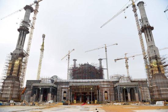 الرئيس السيسي يتفقد سير العمل بمشروعات العاصمة الإدارية الجديدة (7)
