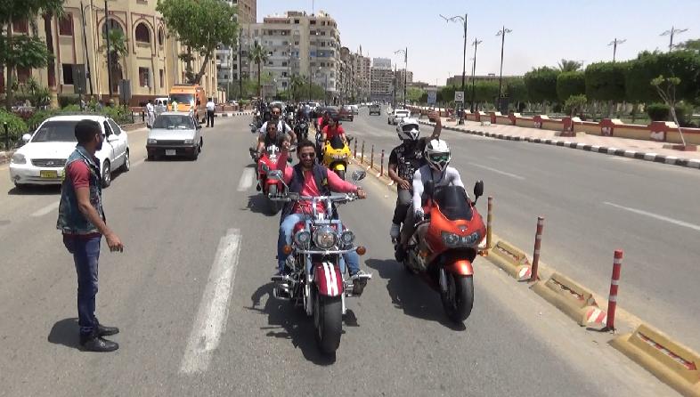 الدراجات النارية امام مبني المحافظة