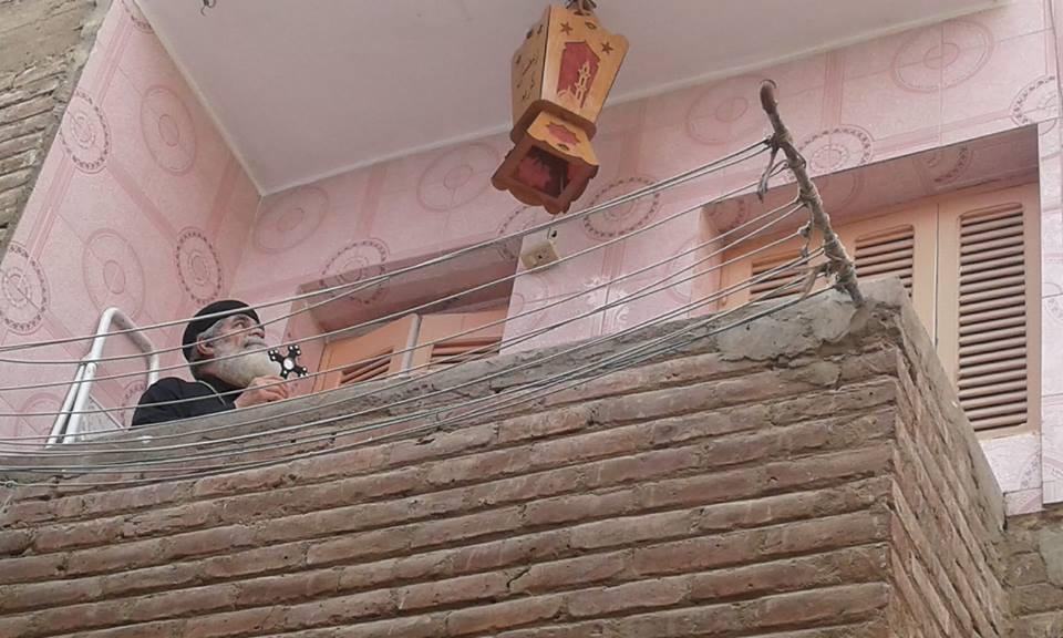 راعي كنيسة العذراء مريم يركب فانوس رمضان في شرفة منزله جنوب الأقصر (2)