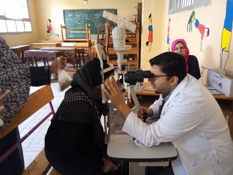 الكشف على مرضى العيون (1)