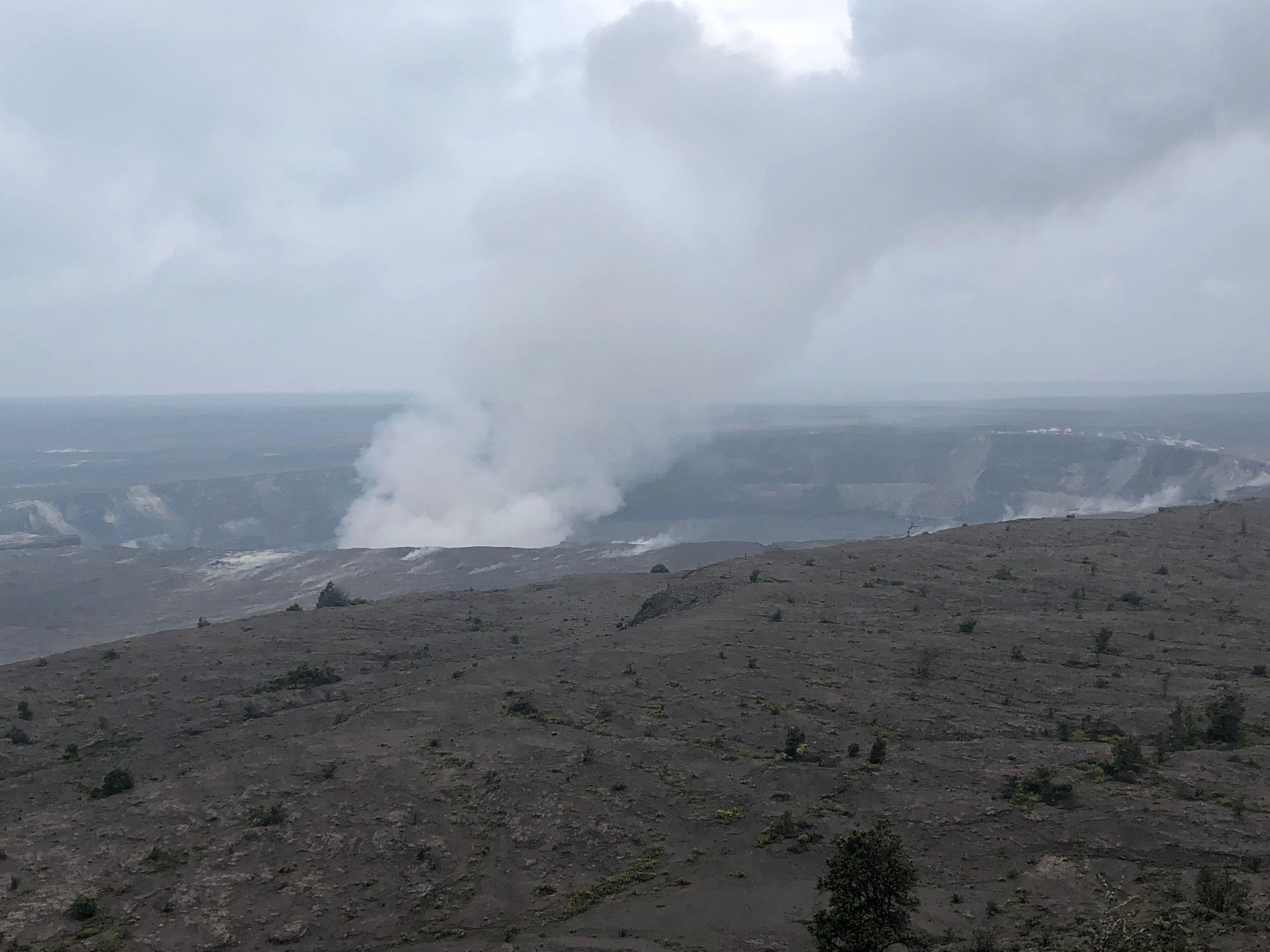 تصاعد الدخان من فوهة البركان
