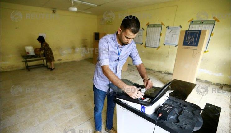 أحد العراقيين يدلى بصوته