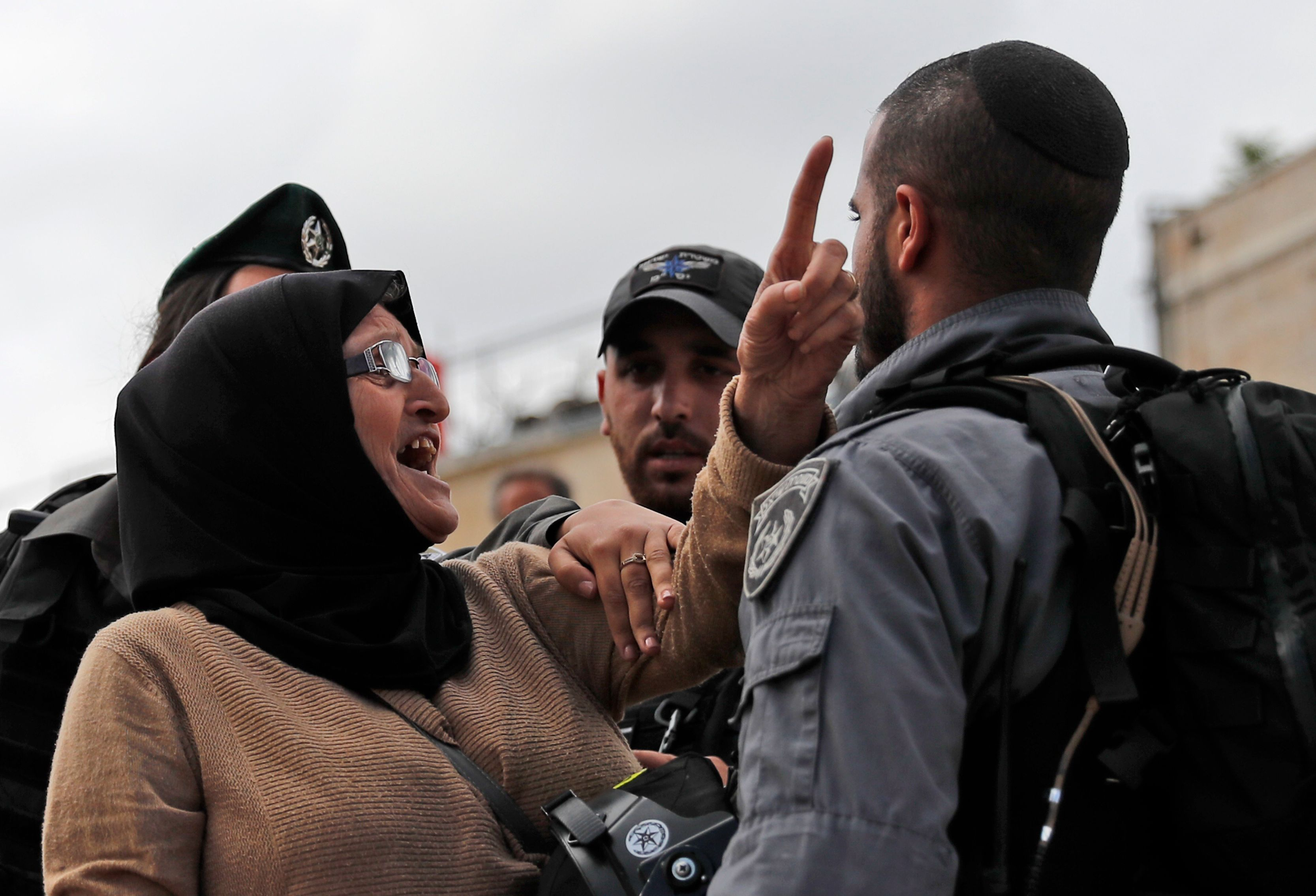 سيدة توجه جنود الاحتلال