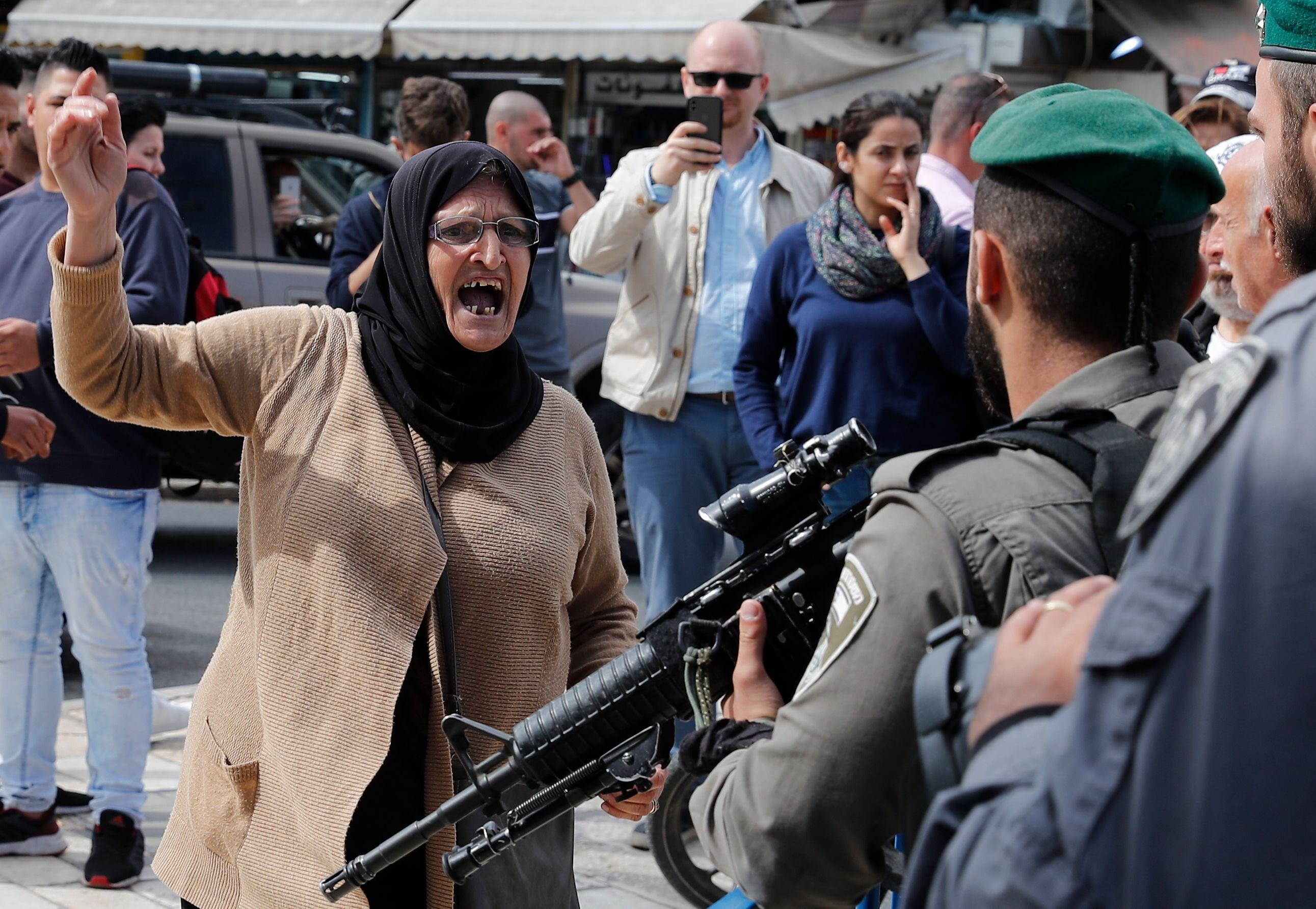 السيدة أمام أسلحة الاحتلال