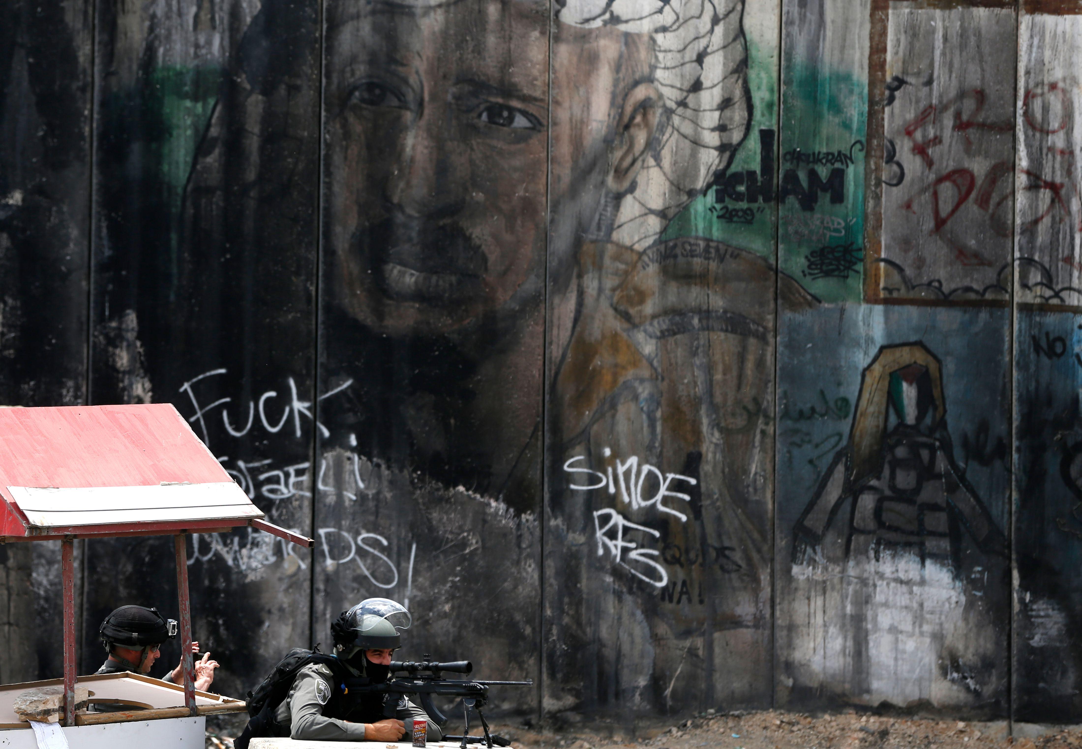 قناص إسرائيلى يطلق الرصاص على متظاهرين فلسطينيين