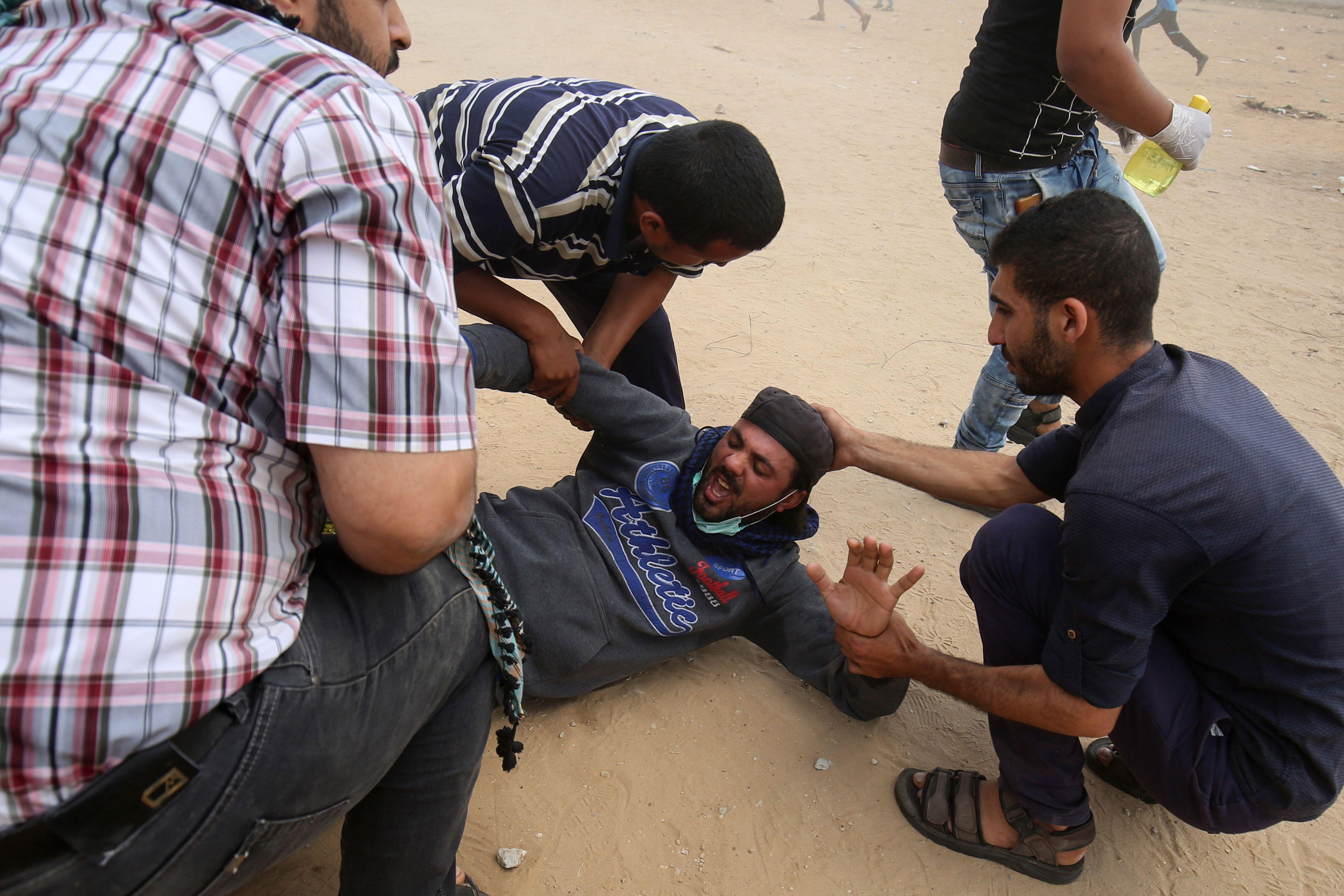 إصابة فلسطينى فى المظاهرات على حدود غزة