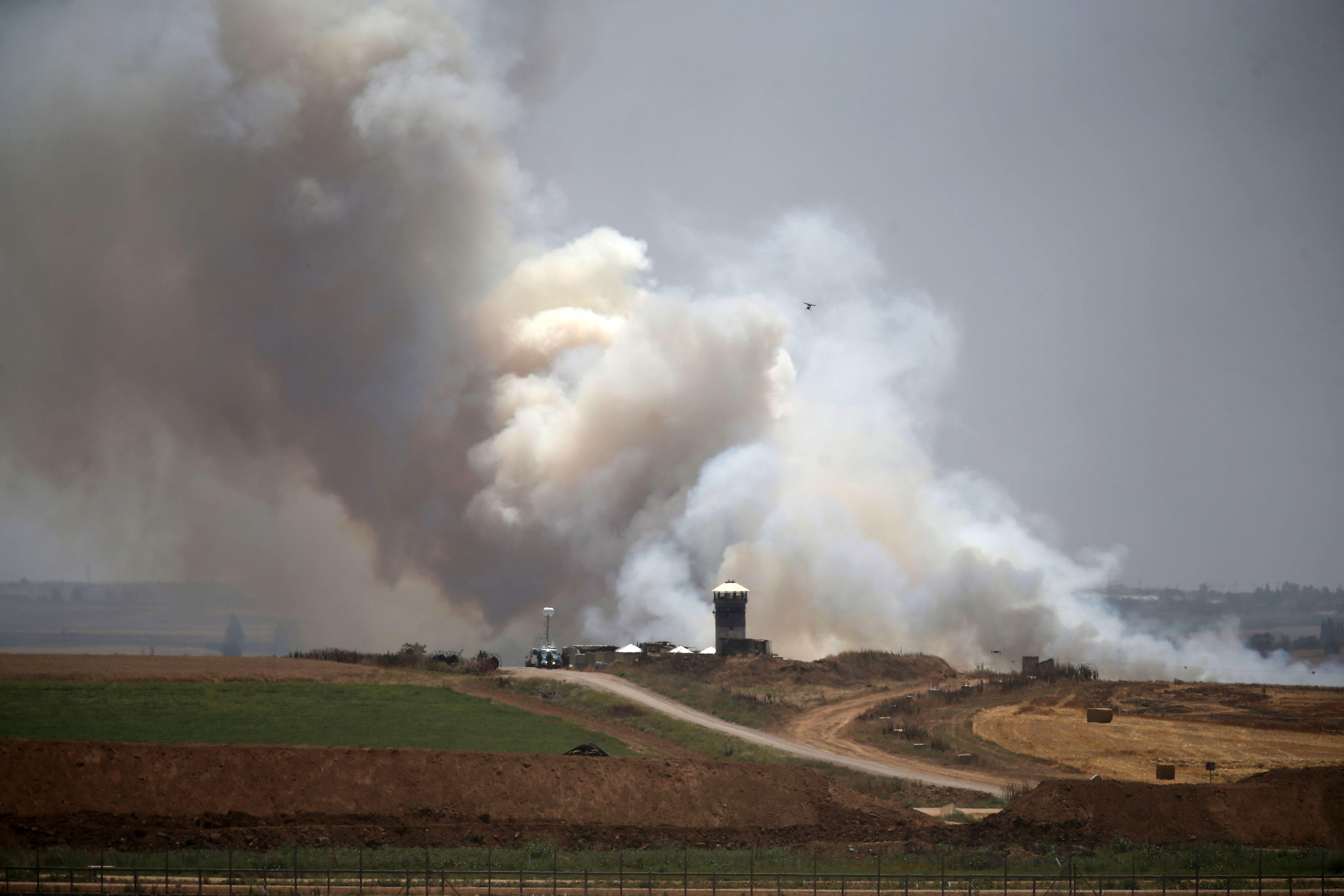 دخان قنابل الغاز الإسرائيلى تغطى سماء حدود غزة