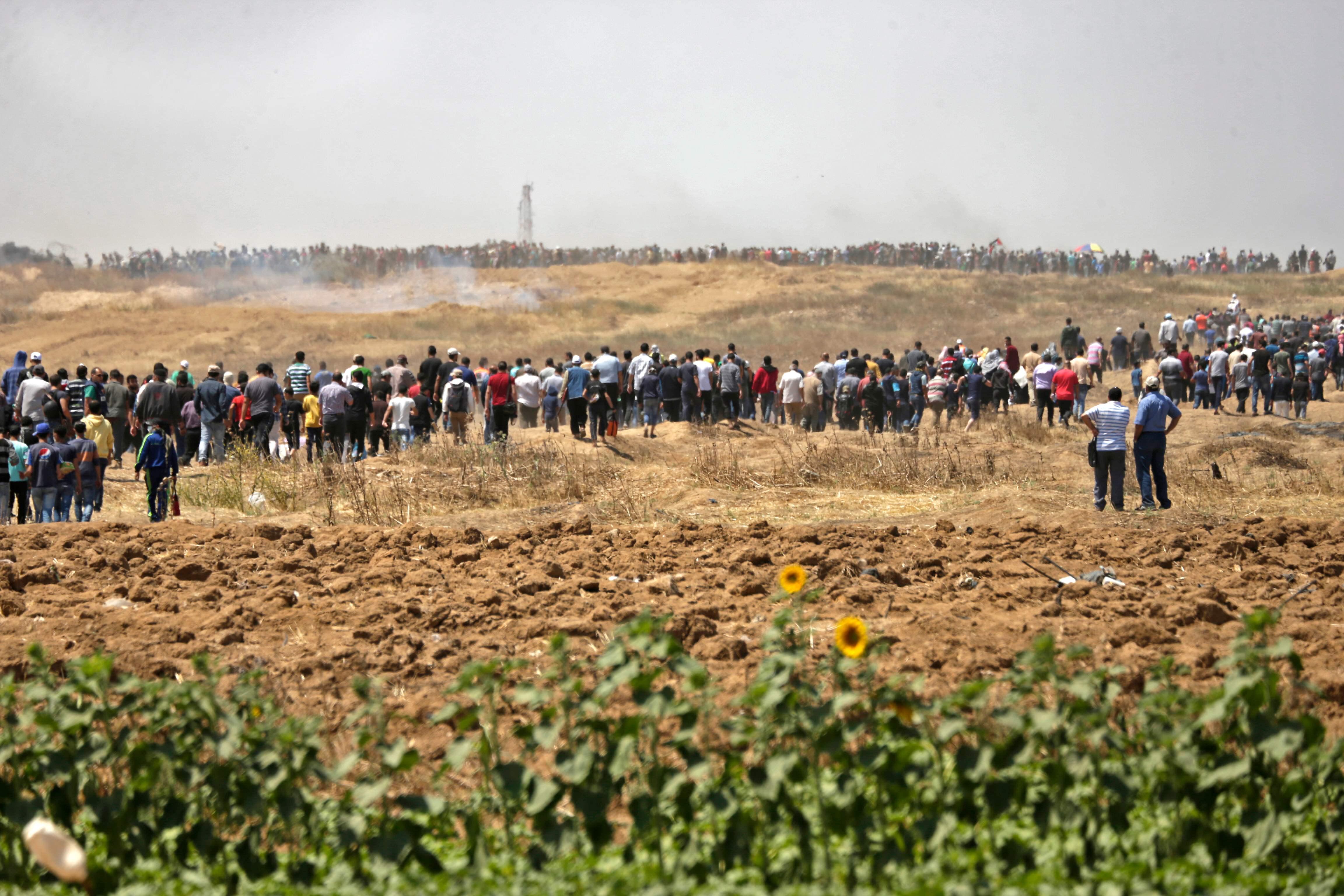 آلاف الفلسطينيين يحتشدون على حدود غزة