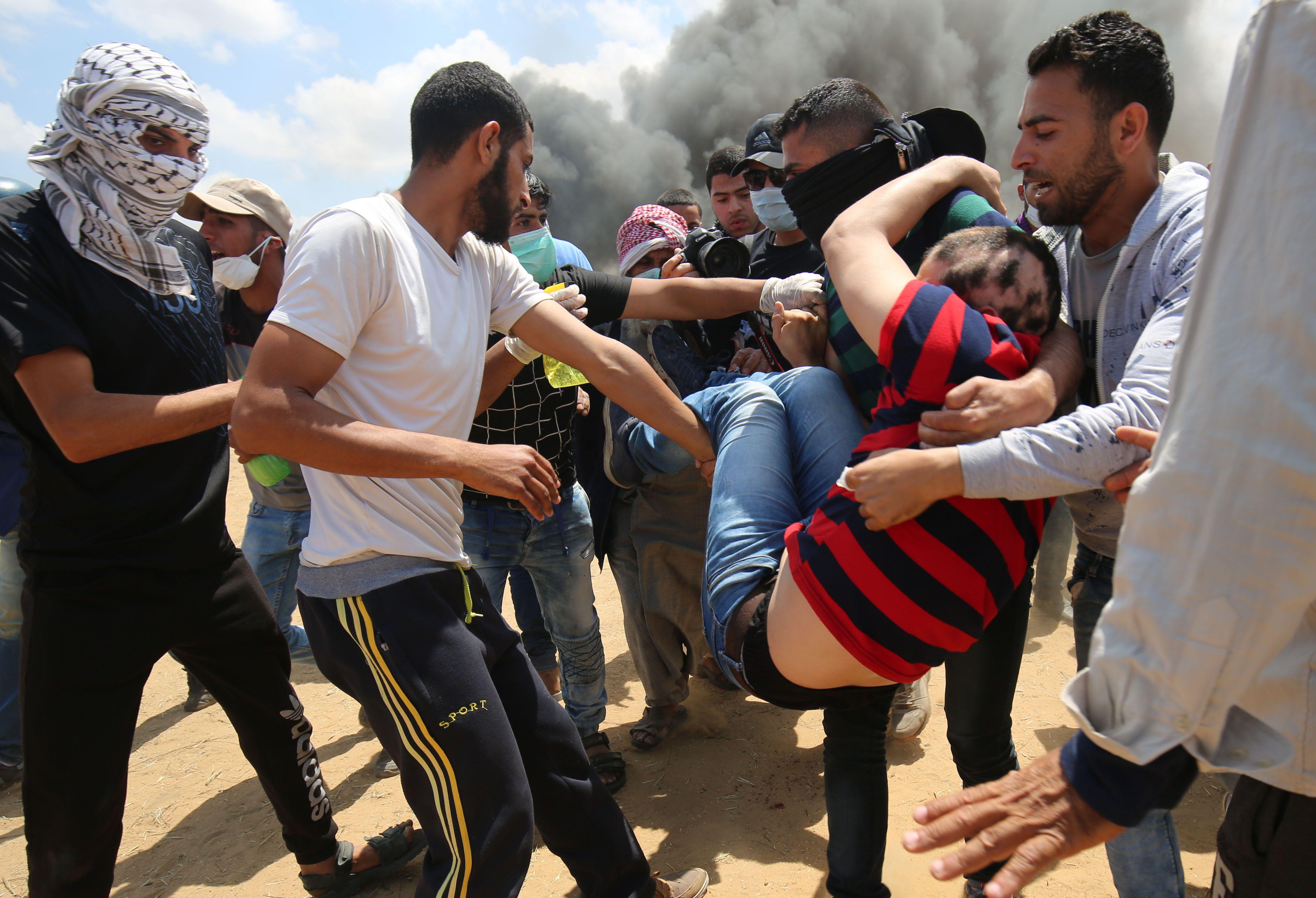 نقل مصاب فلسطينى على حدود غزة