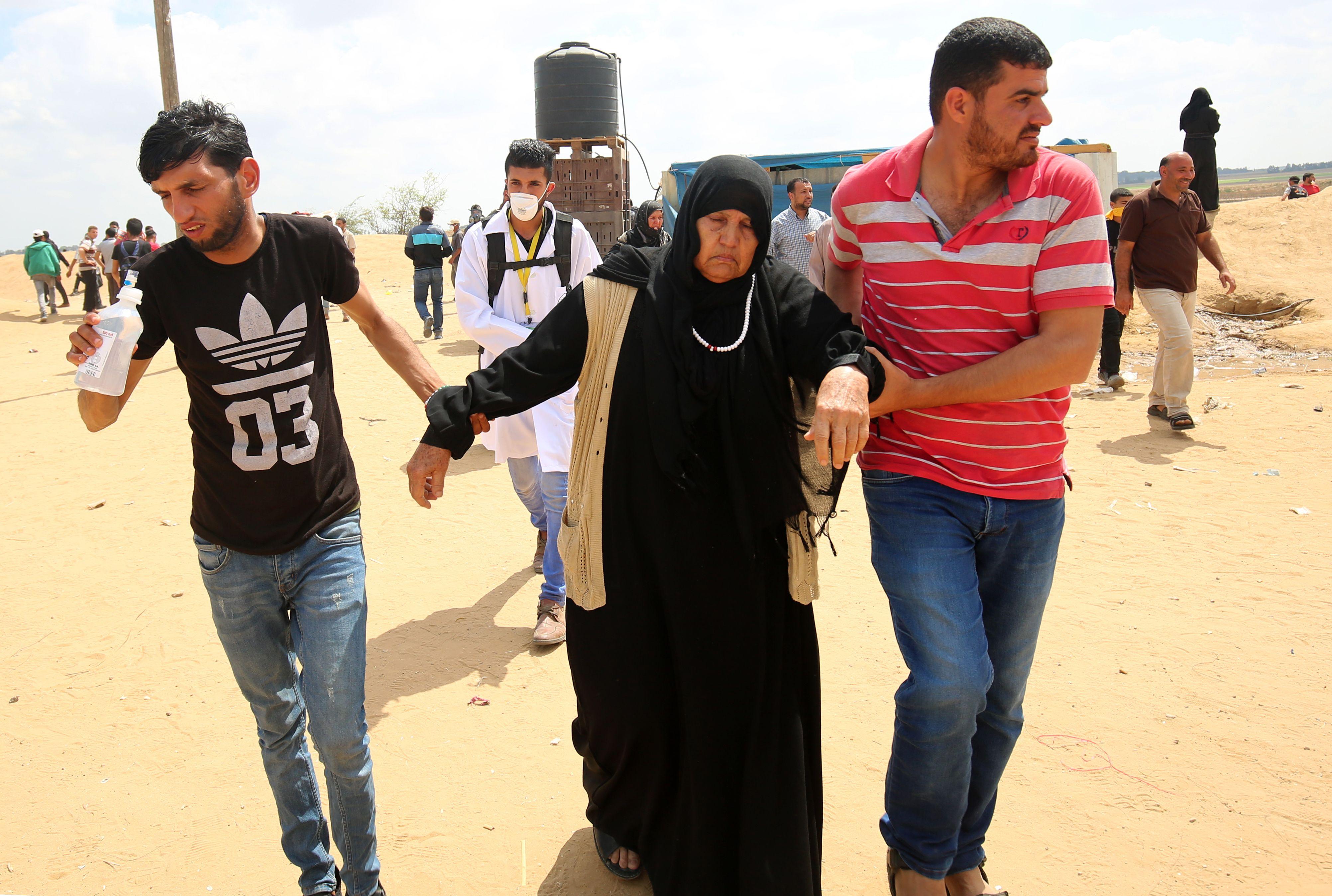 إصابة سيدة فلسطينية فى المظاهرات على حدود غزة
