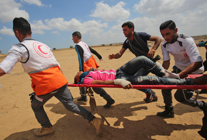 الهلال الأحمر ينقل مصاب فلسطينى فى غزة