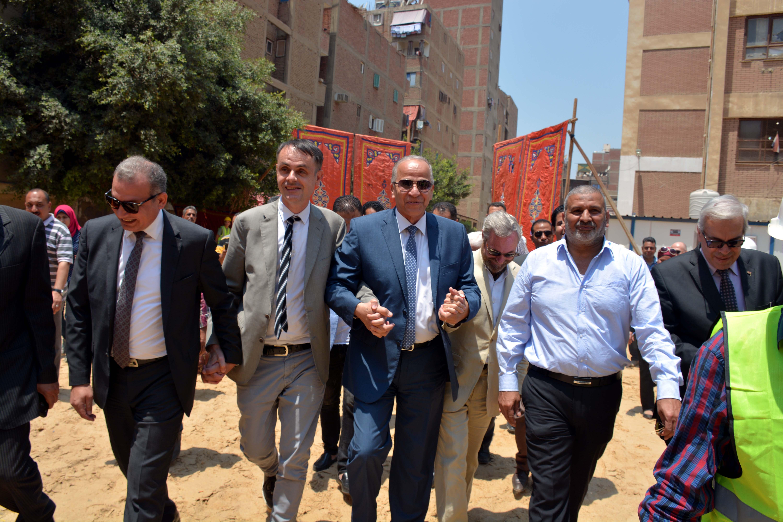 محافظ القليوبية ومدير صندوق تطوير المناطق العشوائية بموقع بناء المدرسة