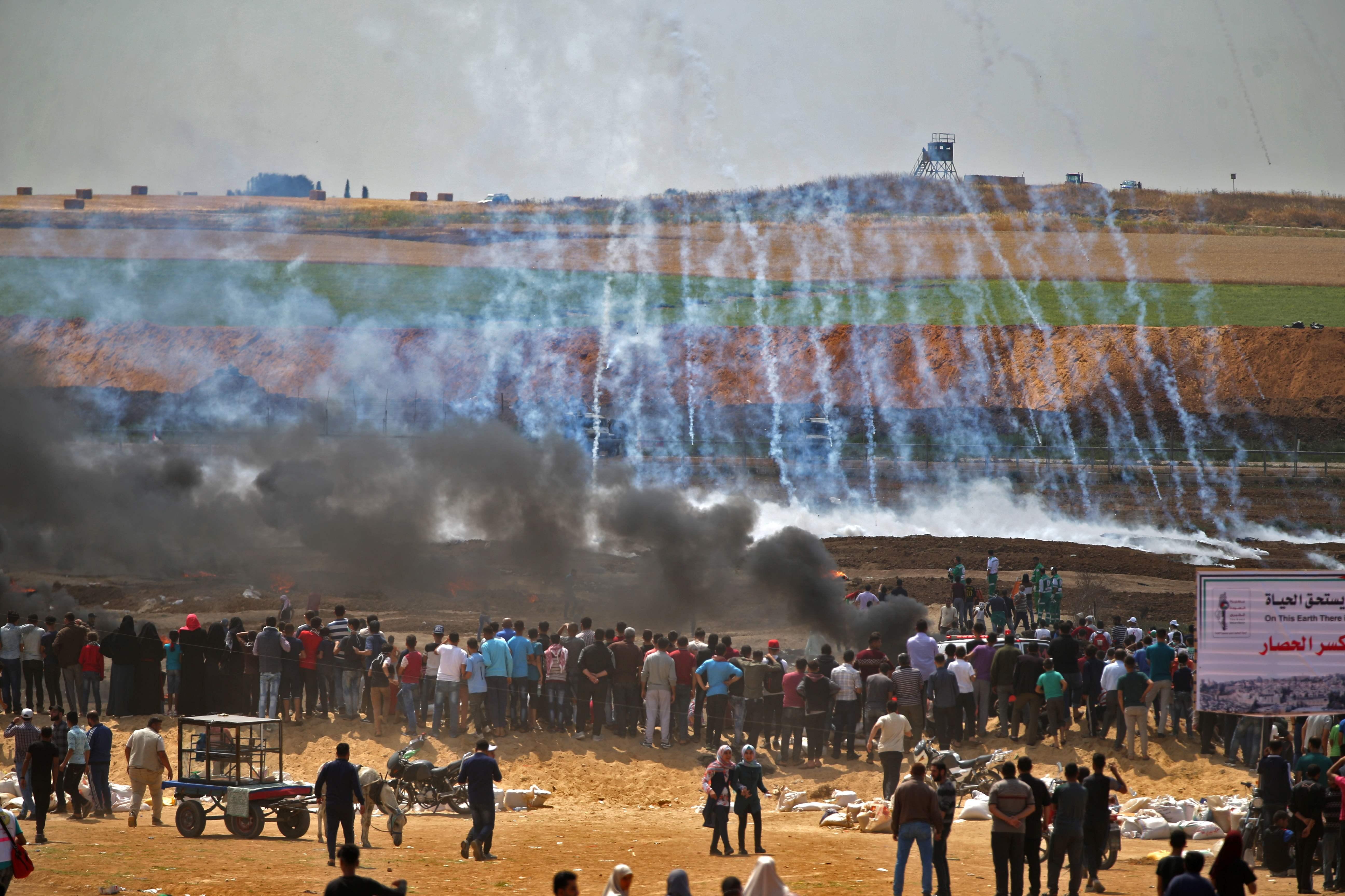 قوات الاحتلال تمطر الفلسطينيين بقنابل الغاز فى غزة