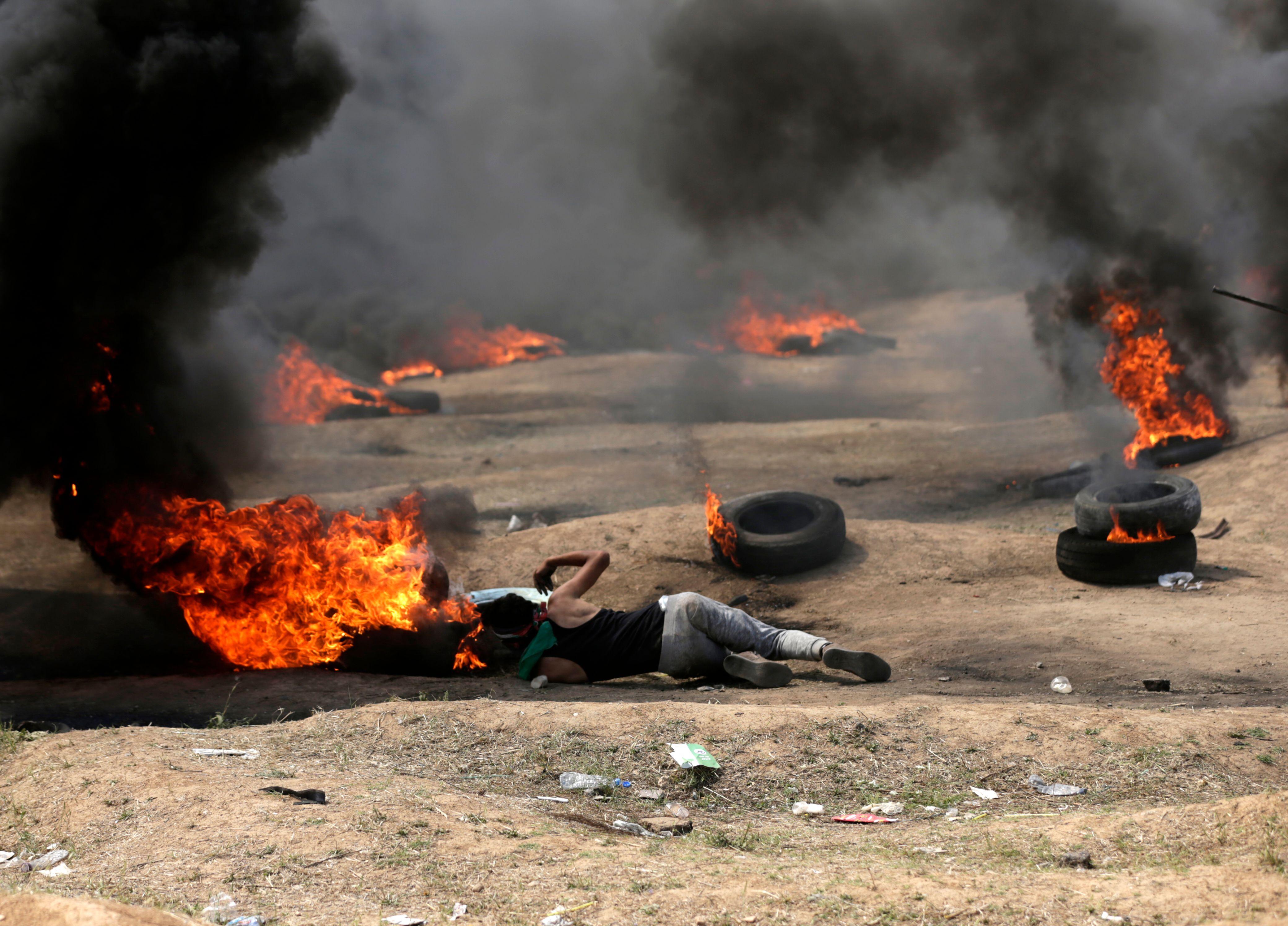 شاب فلسطينى مصاب وسط النيران فى قطاع غزة